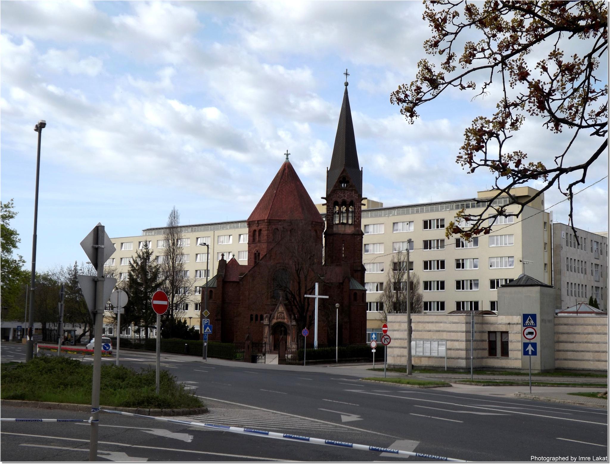 Feltámadt Üdvözítő templom . Veszprém, Mártírok utca, 8200 by Imre Lakat