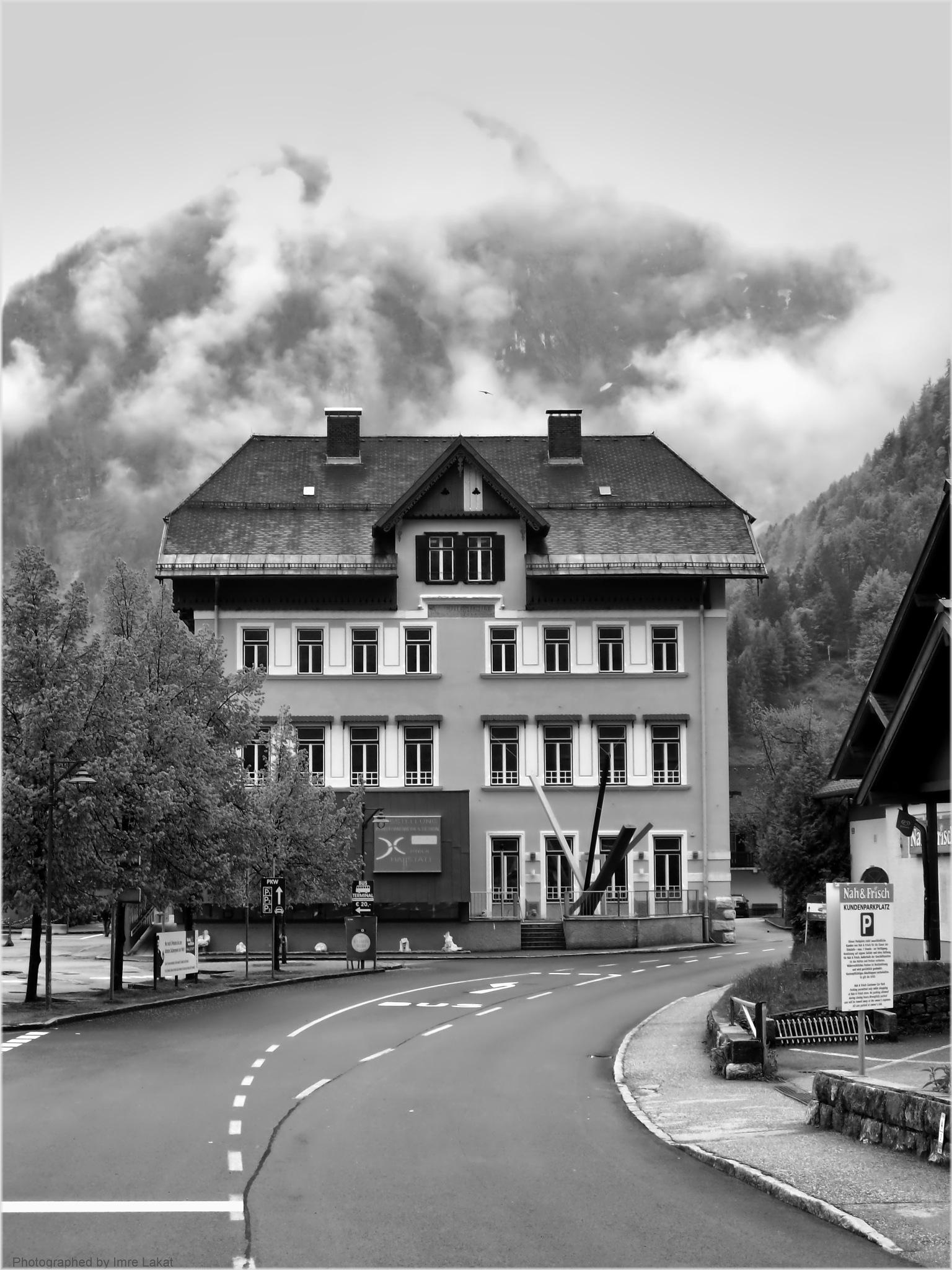 Streetphoto in Hallstatt by Imre Lakat