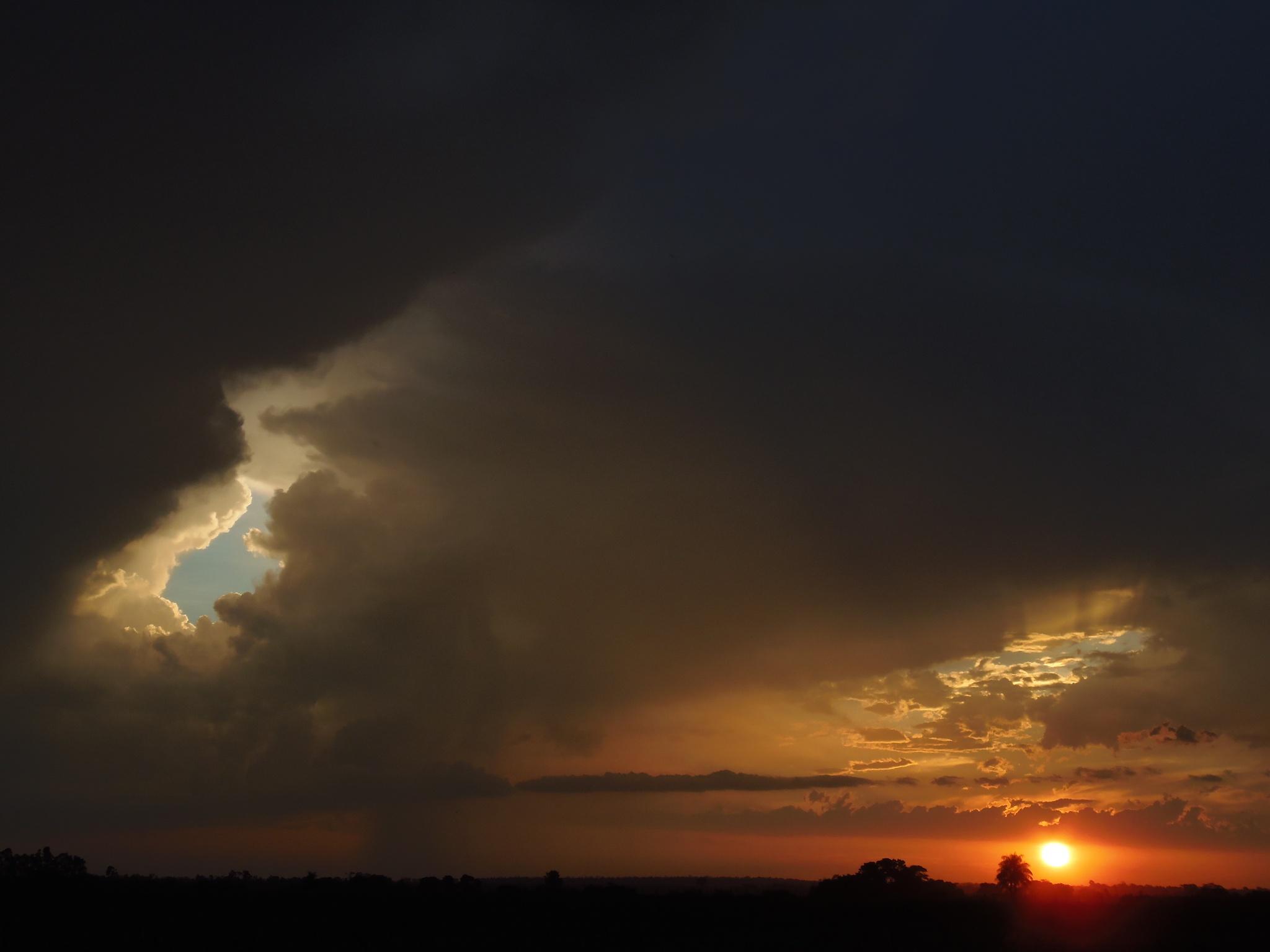 Por do sol e chuva by Eduardo Nunes de Oliveira