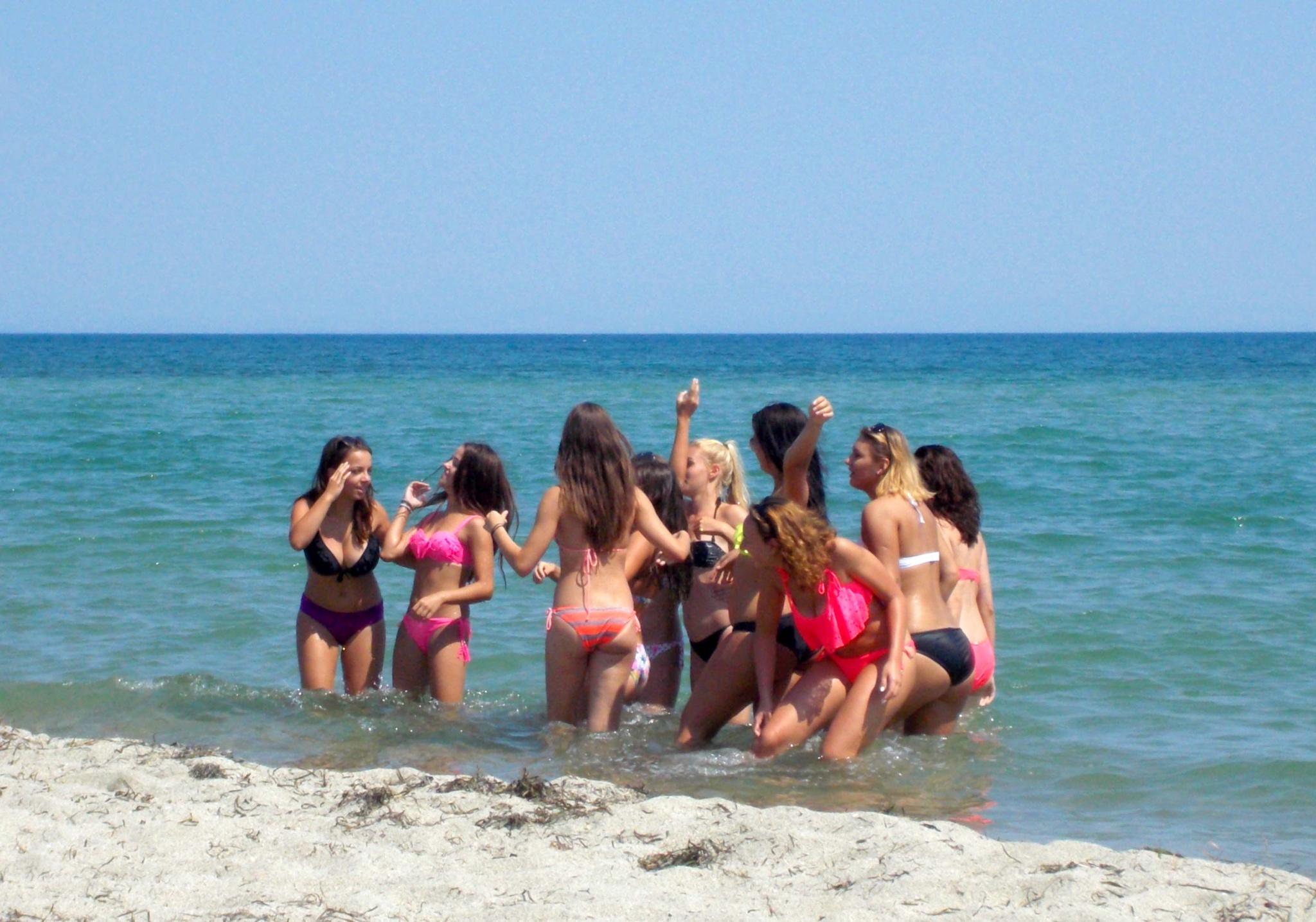 Girls in the sea by mirka_p
