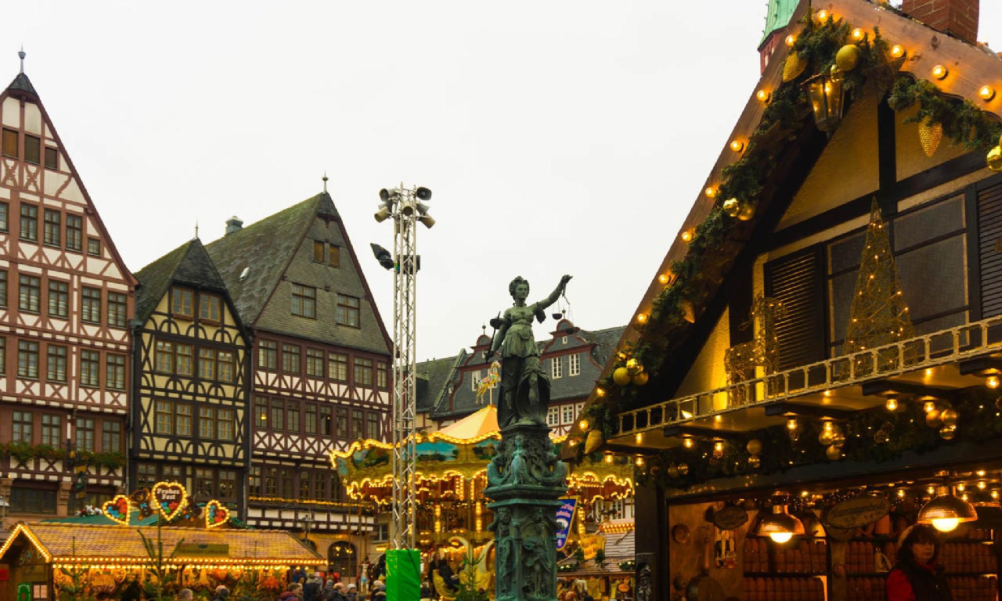 Christmas Market in Frankfurt by gezielciniz