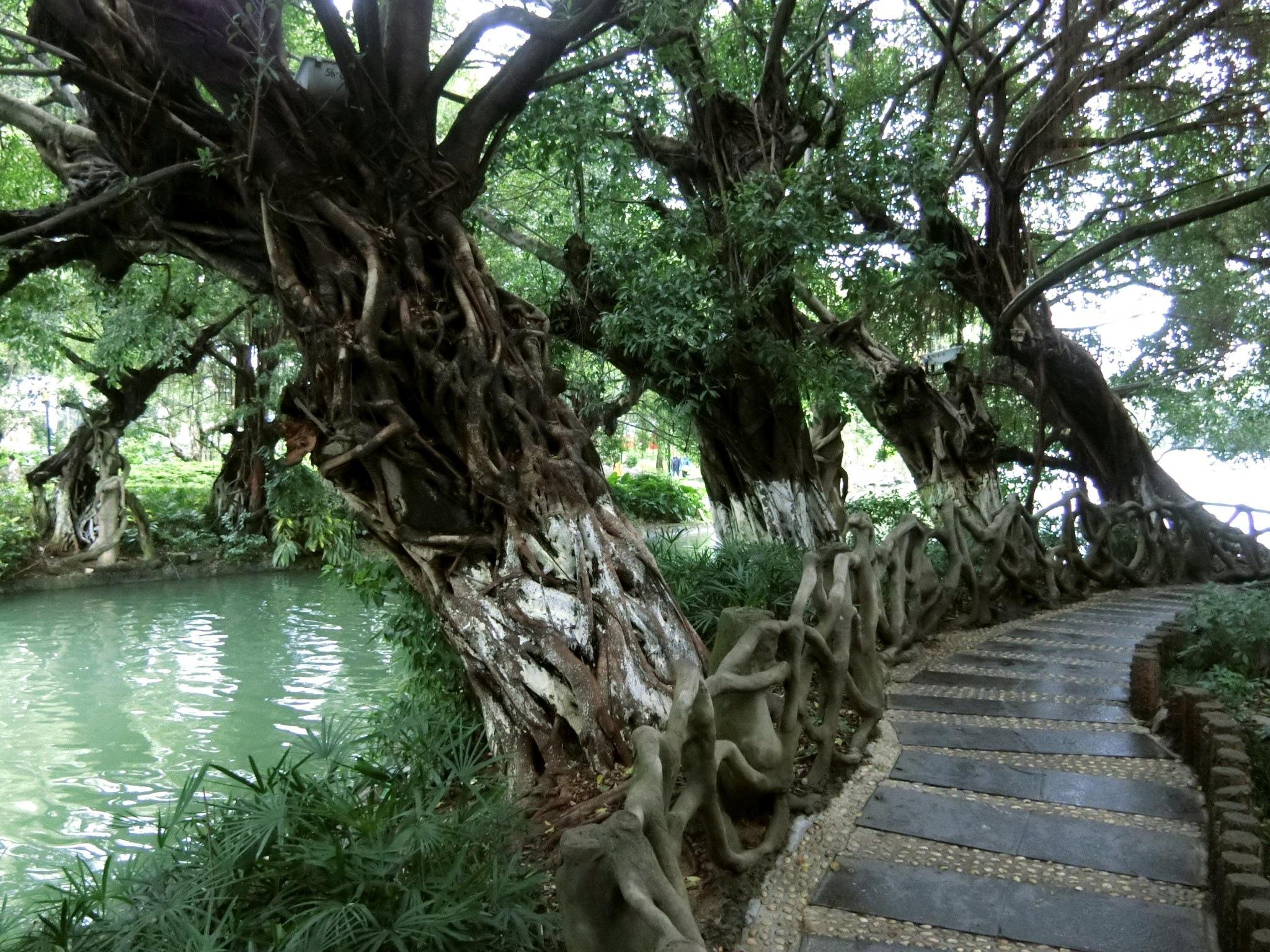Lake Rong walkway, Guilin by pop88123