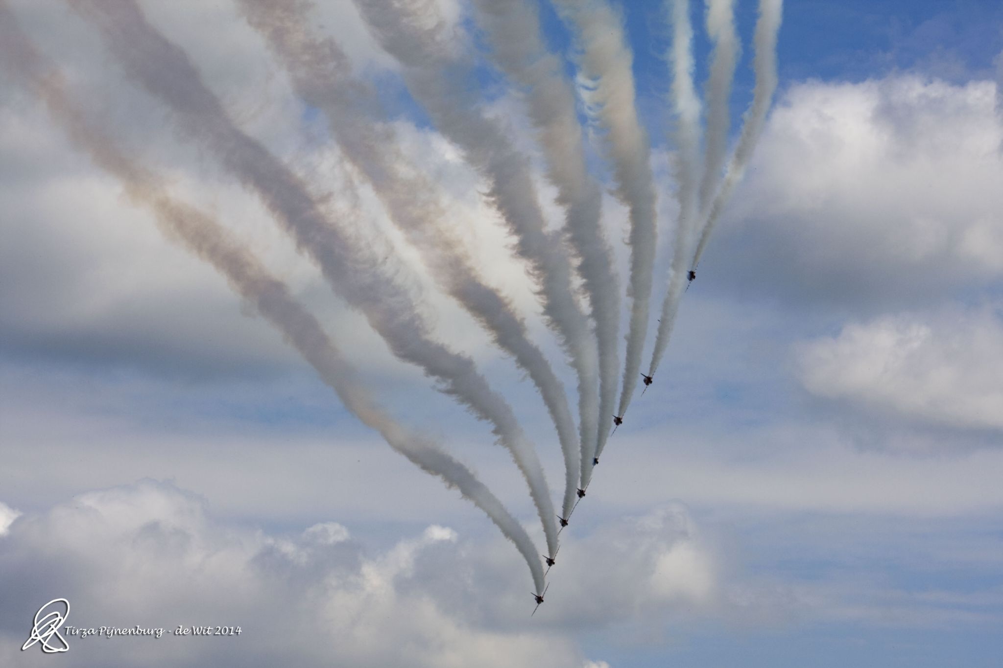 Red Arrows passing by by tirza