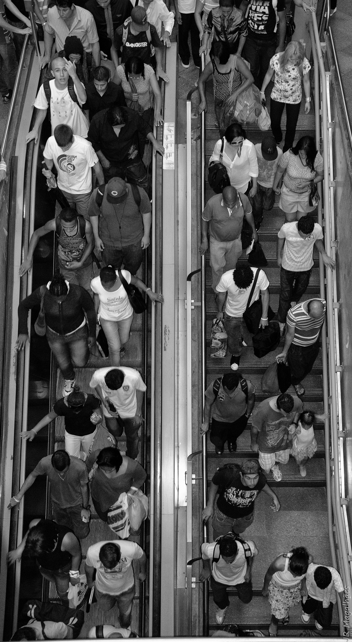 Crowded urban train at Estação da Luz/Sampa by Jose Roberto Magalhaes