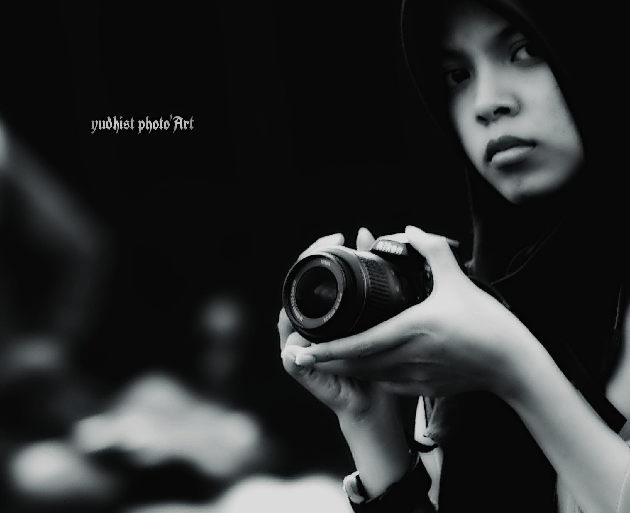 woman n camera by yudhistwira