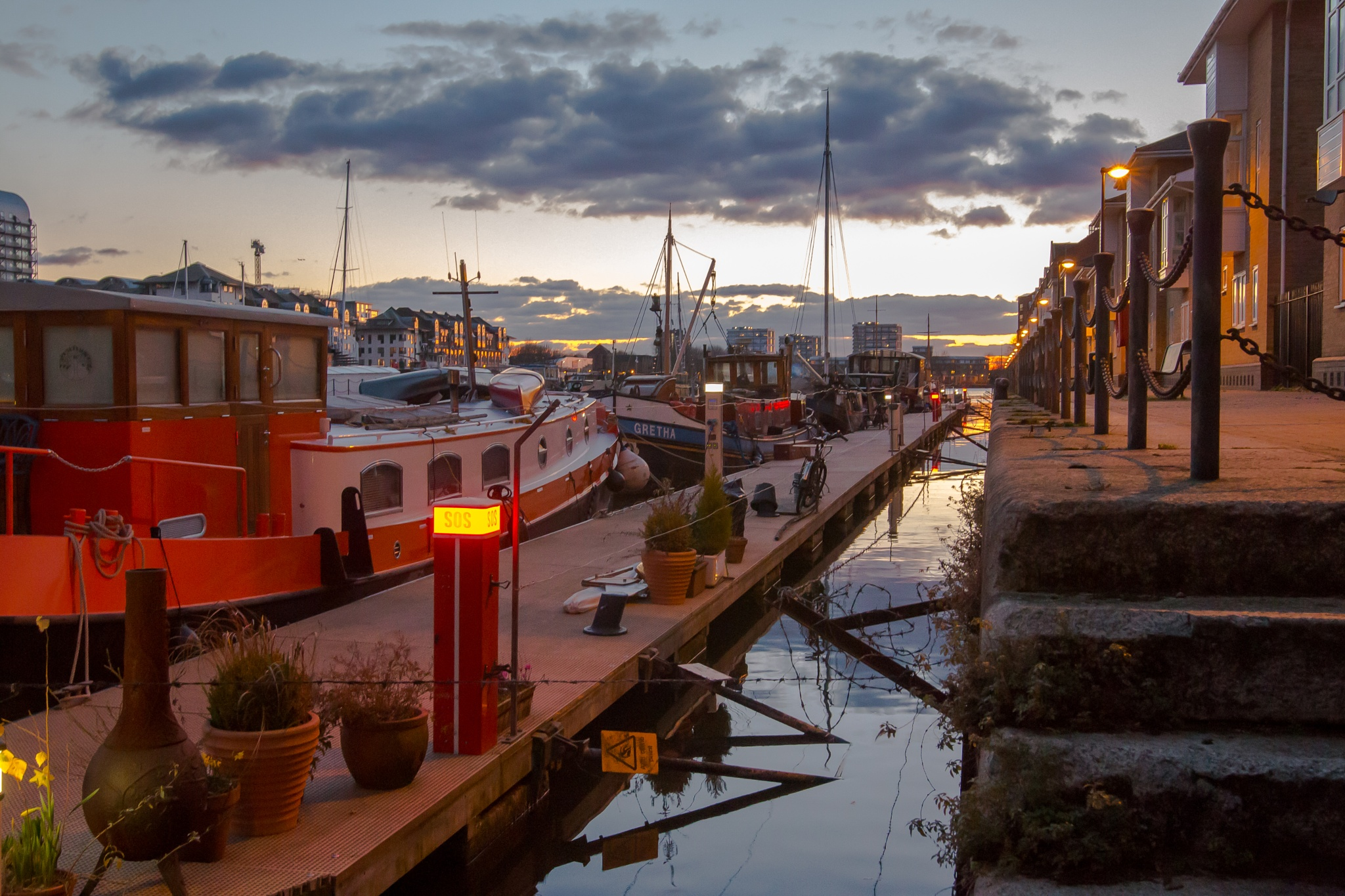 Docks opposite canary wharf by lingwhang