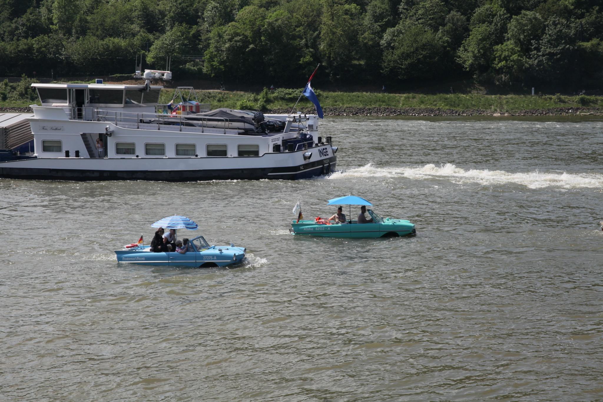 Amphibien-Fahrzeuge im Rhein by Rolf-Dieter Balindt