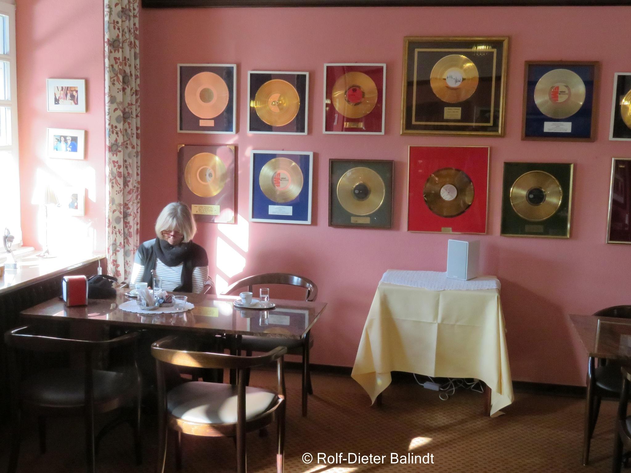 Heinos Café by Rolf-Dieter Balindt