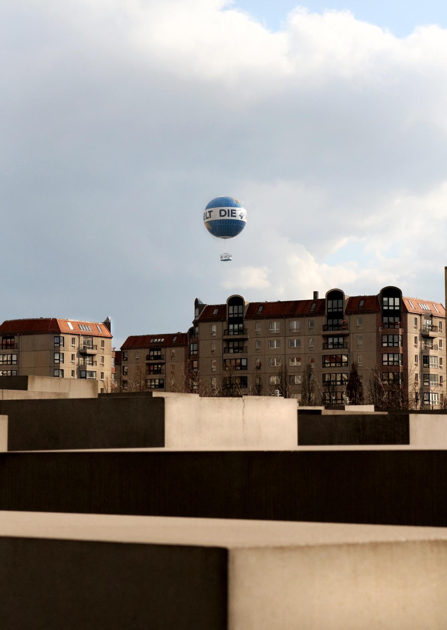 Luftballon by Kien Nguyen