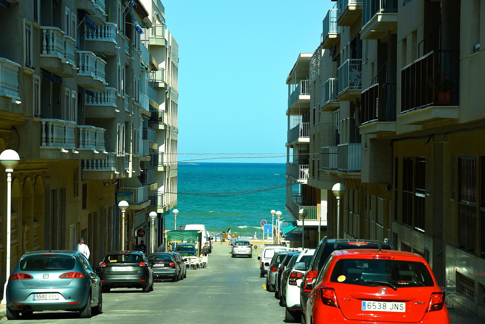 street to the beach by Liliane Sticher