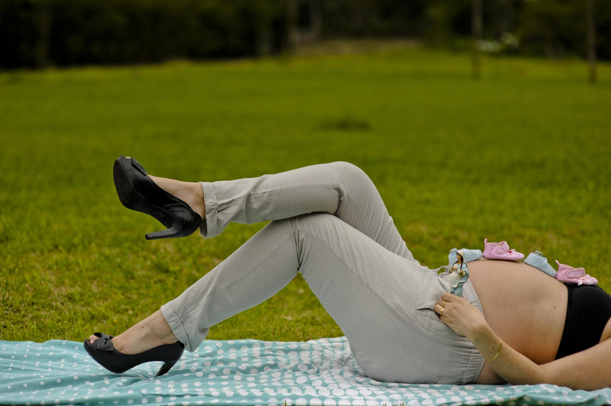 Pregnant relaxing by Andre Donatt