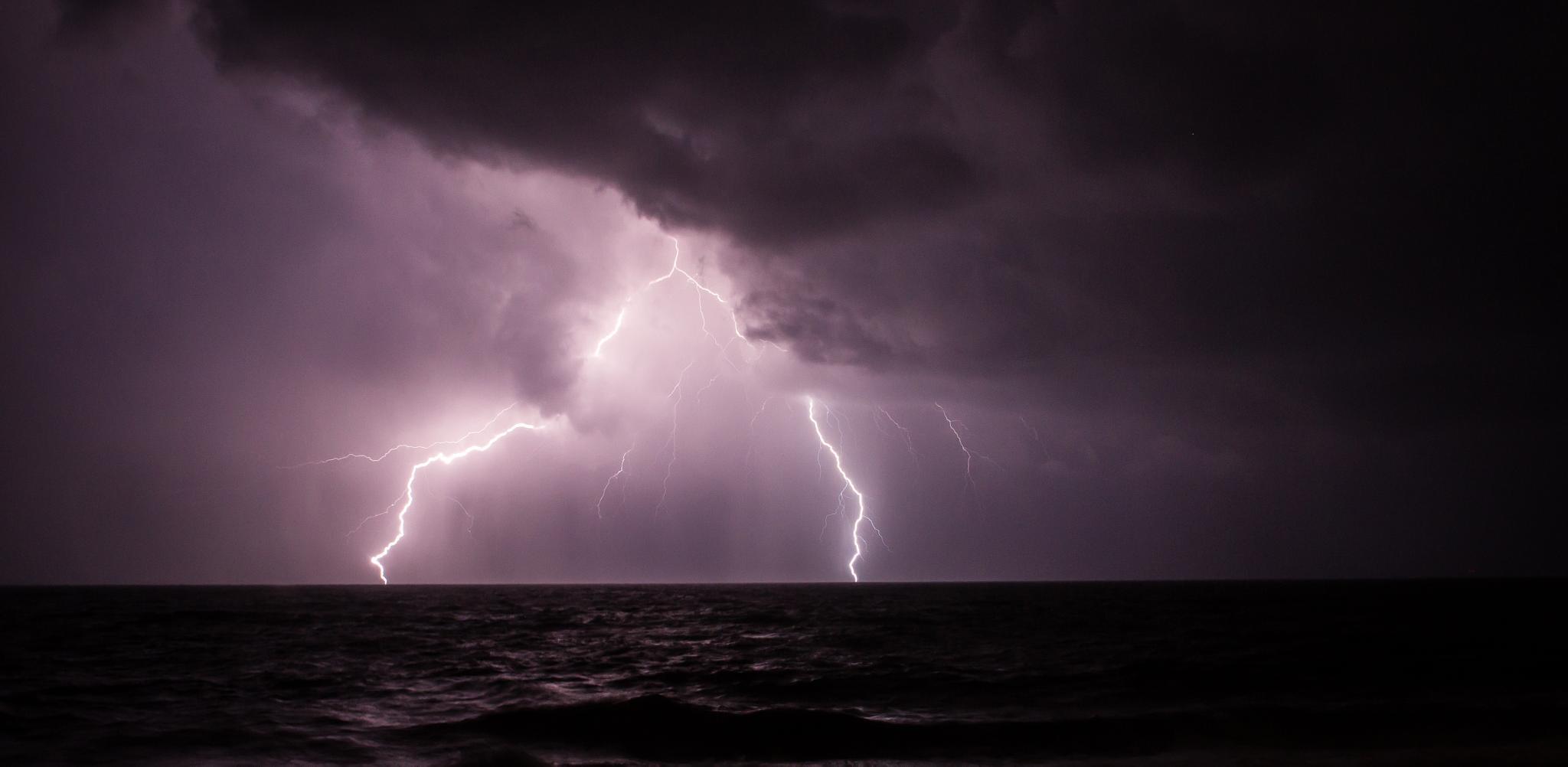 Lightning by greensea