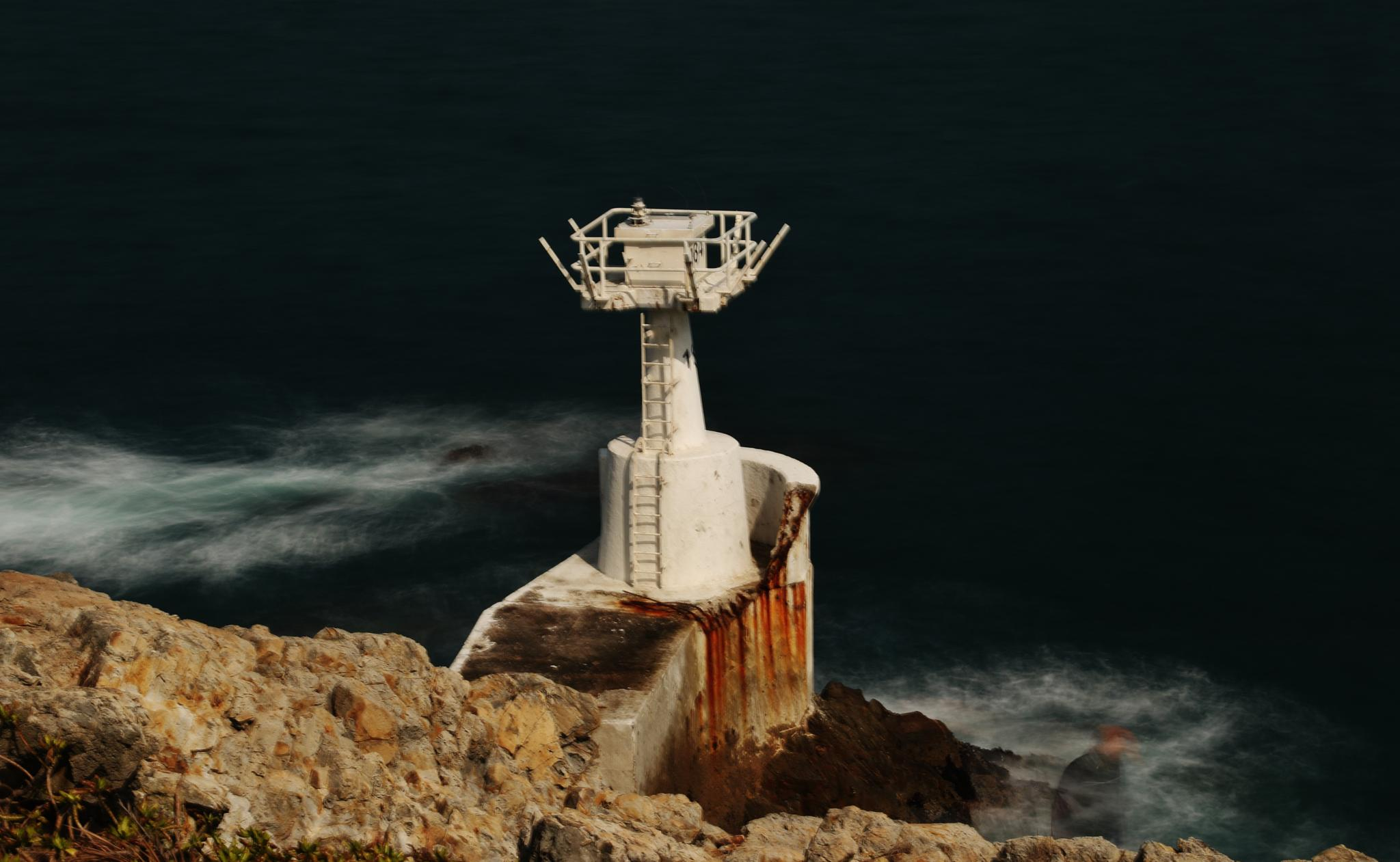 The wave and the lighting tower took with slow speed. by samip75