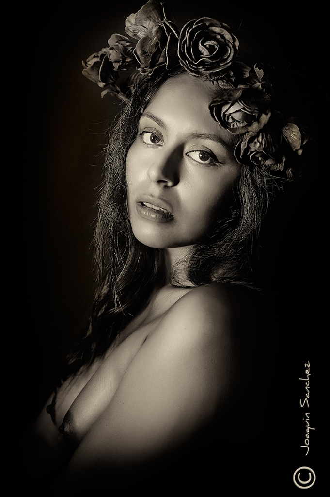 Adriana te mira by joaquinsanchezgarcia