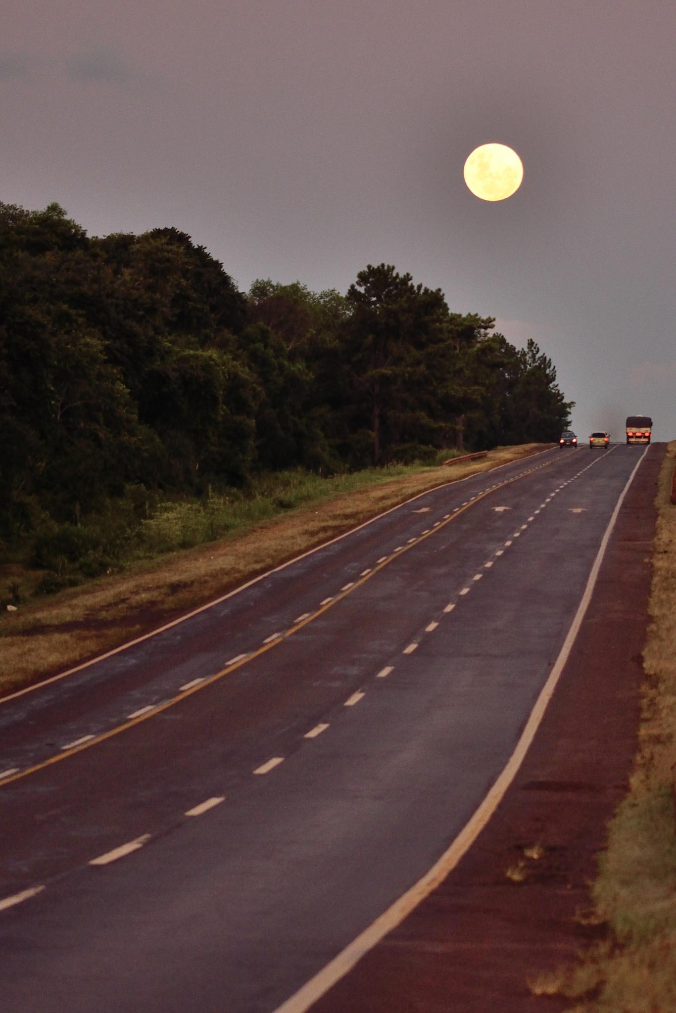La luna en tierras coloradas by Diego Gallego