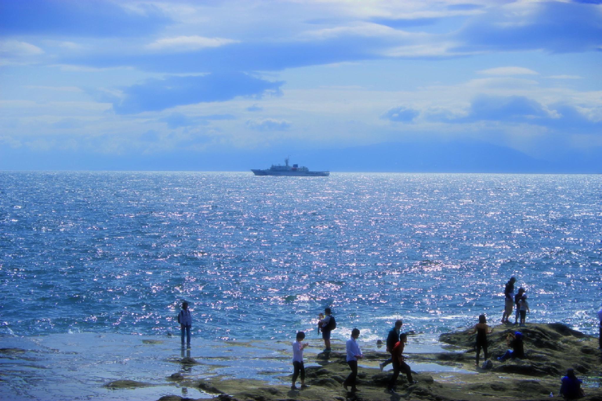 The ship and the sea by HAJIME KAMEZAKI