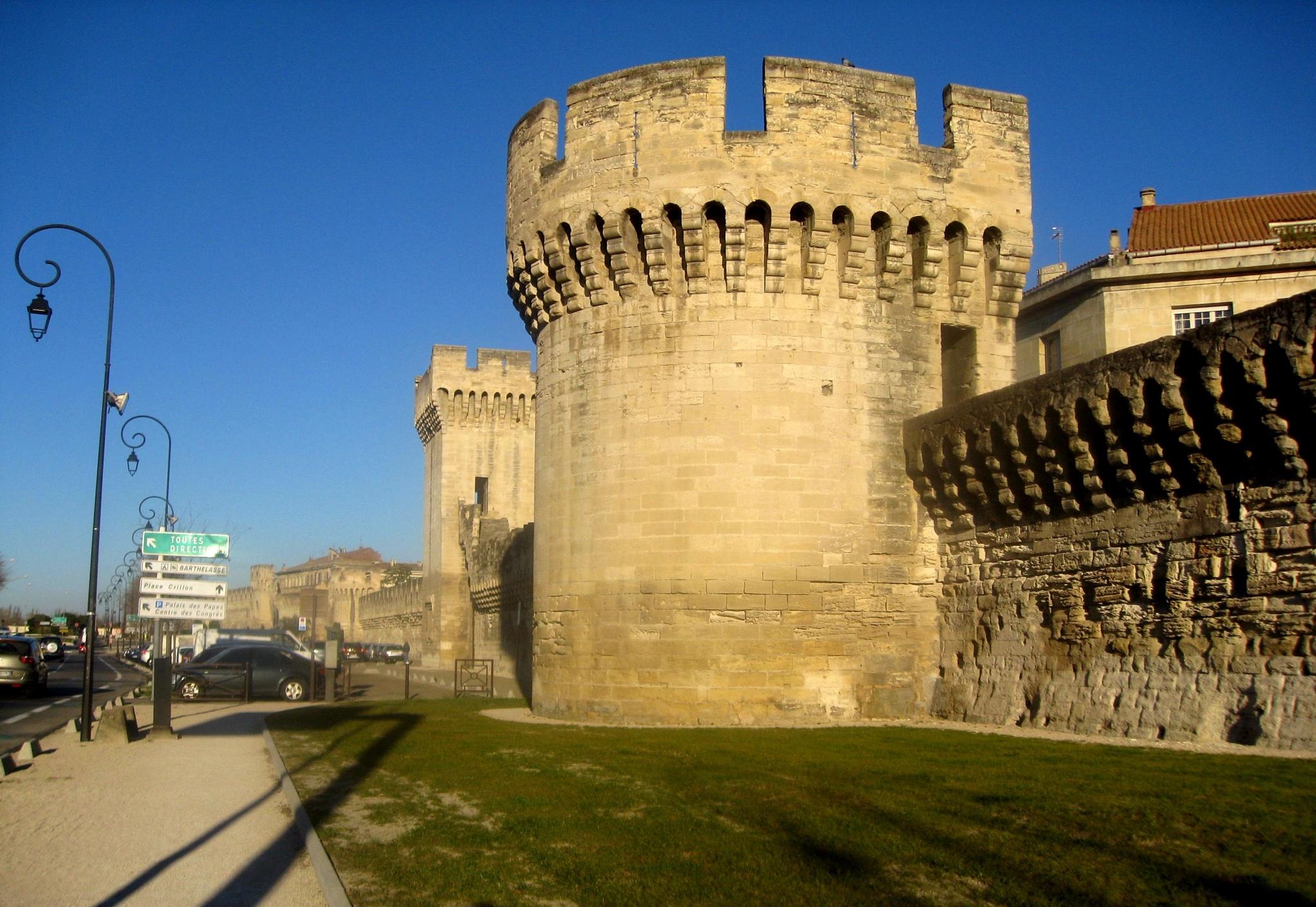 Avignon - tours du mur d'enceinte by imiljkov
