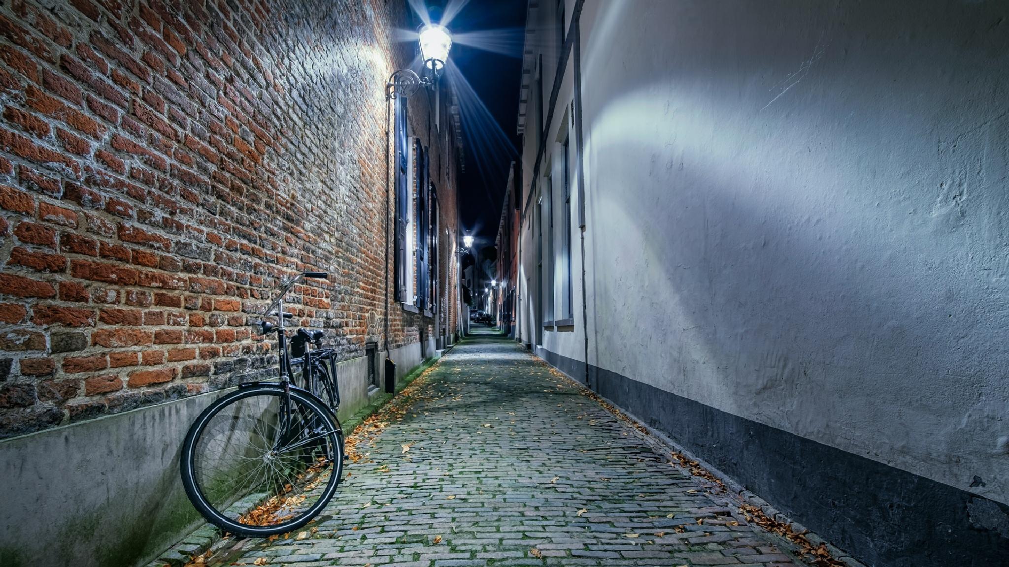 Narrow street by Robin van den Belt