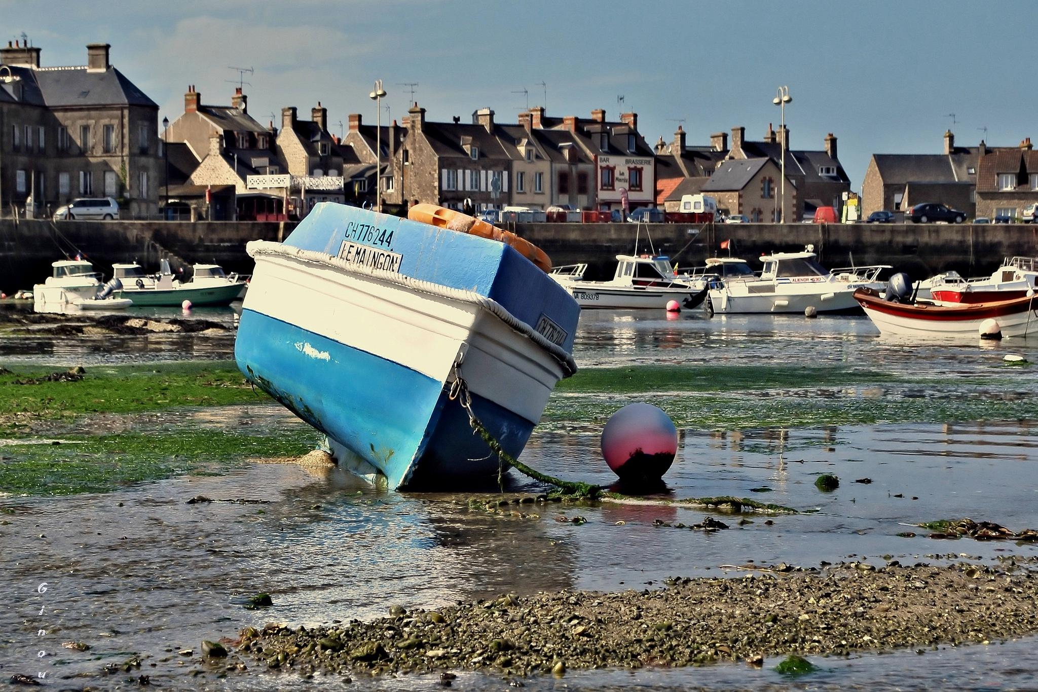 La barque blanche et bleue by Creusson Ginette