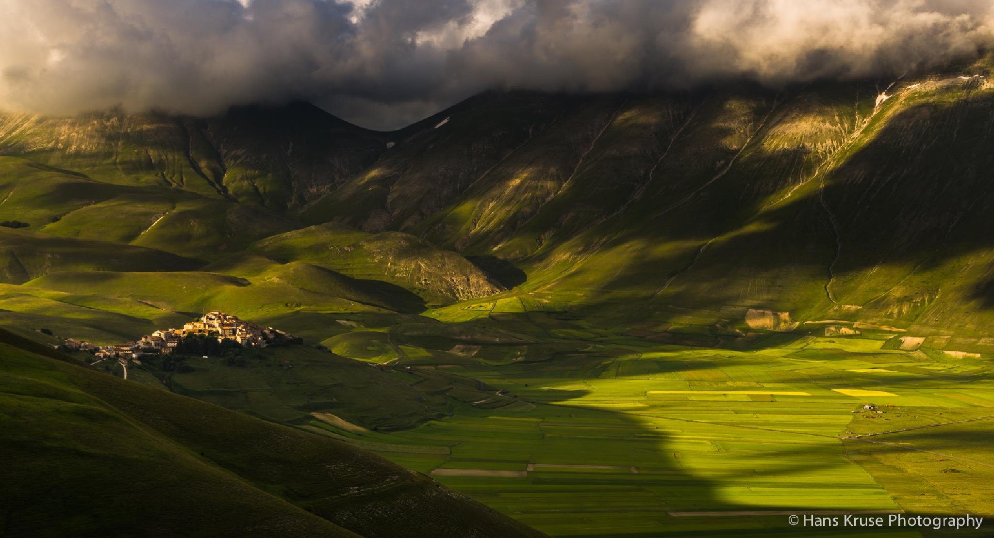 Castelluccio in afternoon light by Hans Kruse