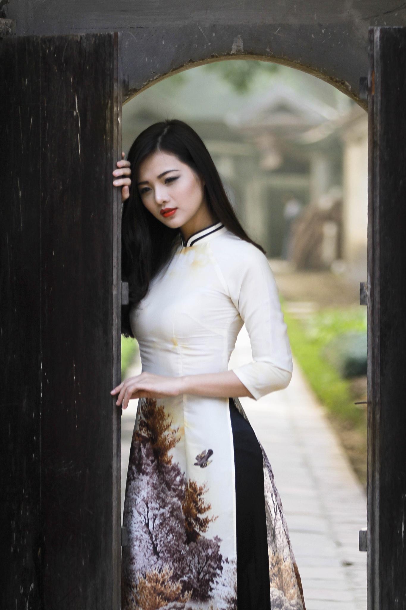 gril inside door by HungNguyen