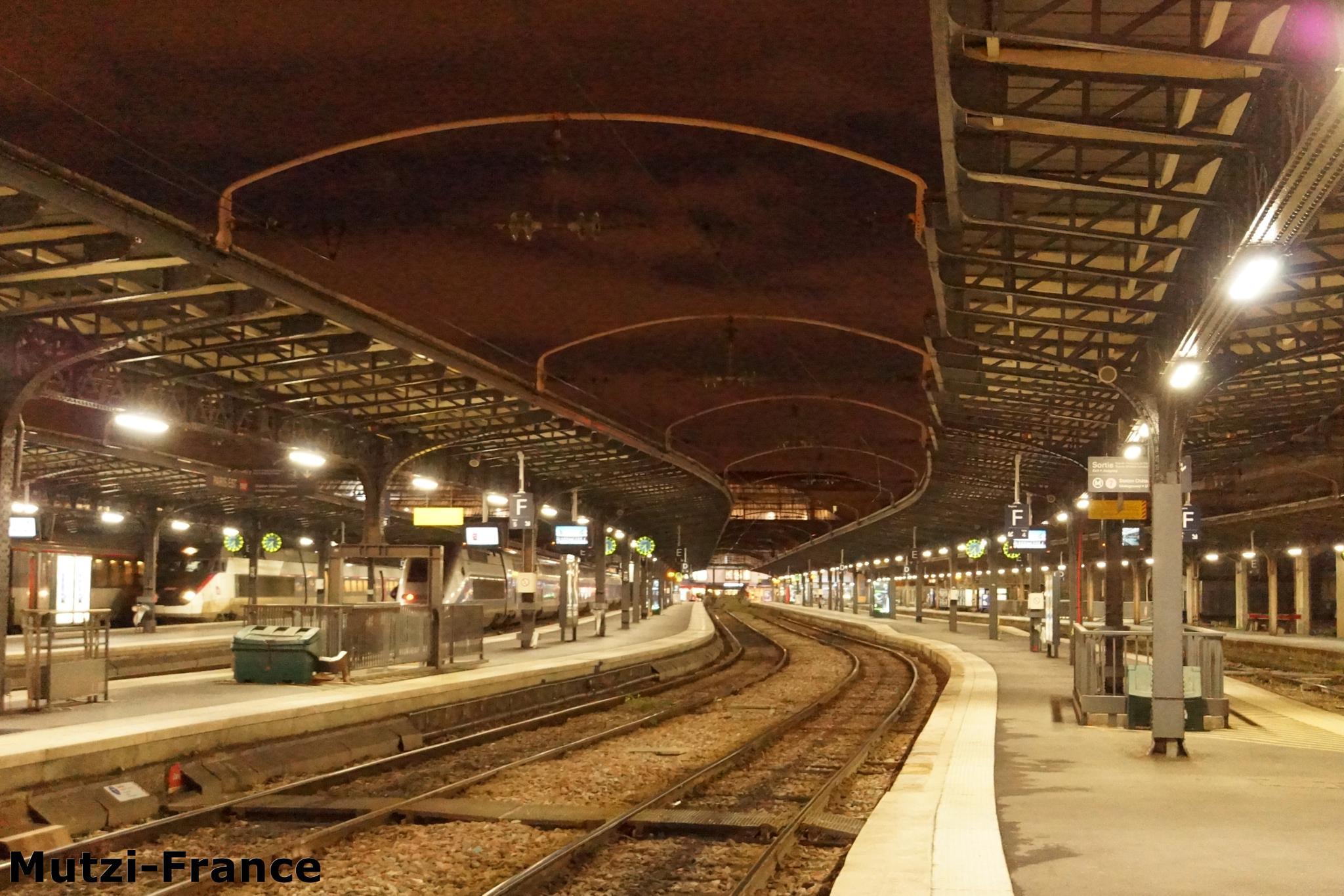 Abends am Bahnhof ! by hanspeterfassmann