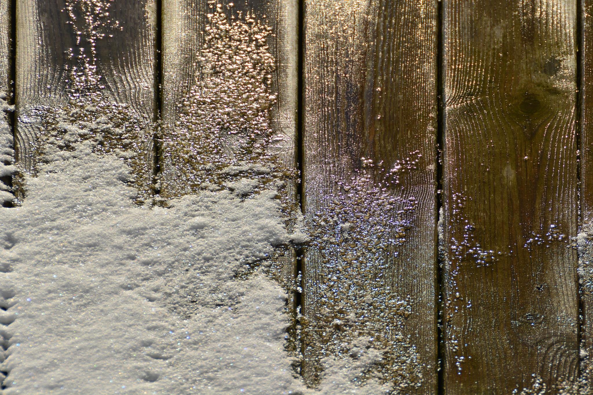Snow on wood by MSchirmann