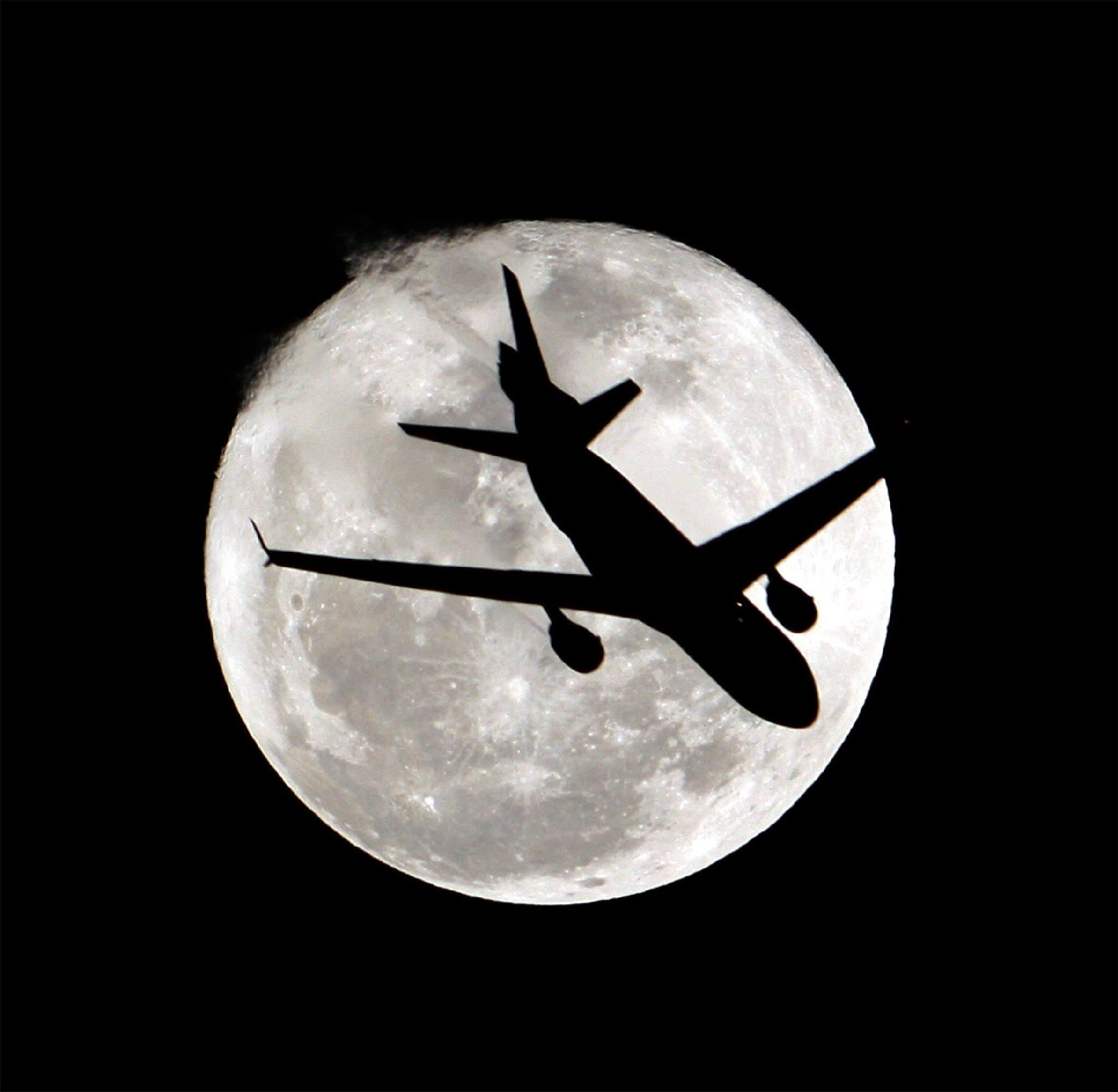 The Plane on the Moon by tangyuiching