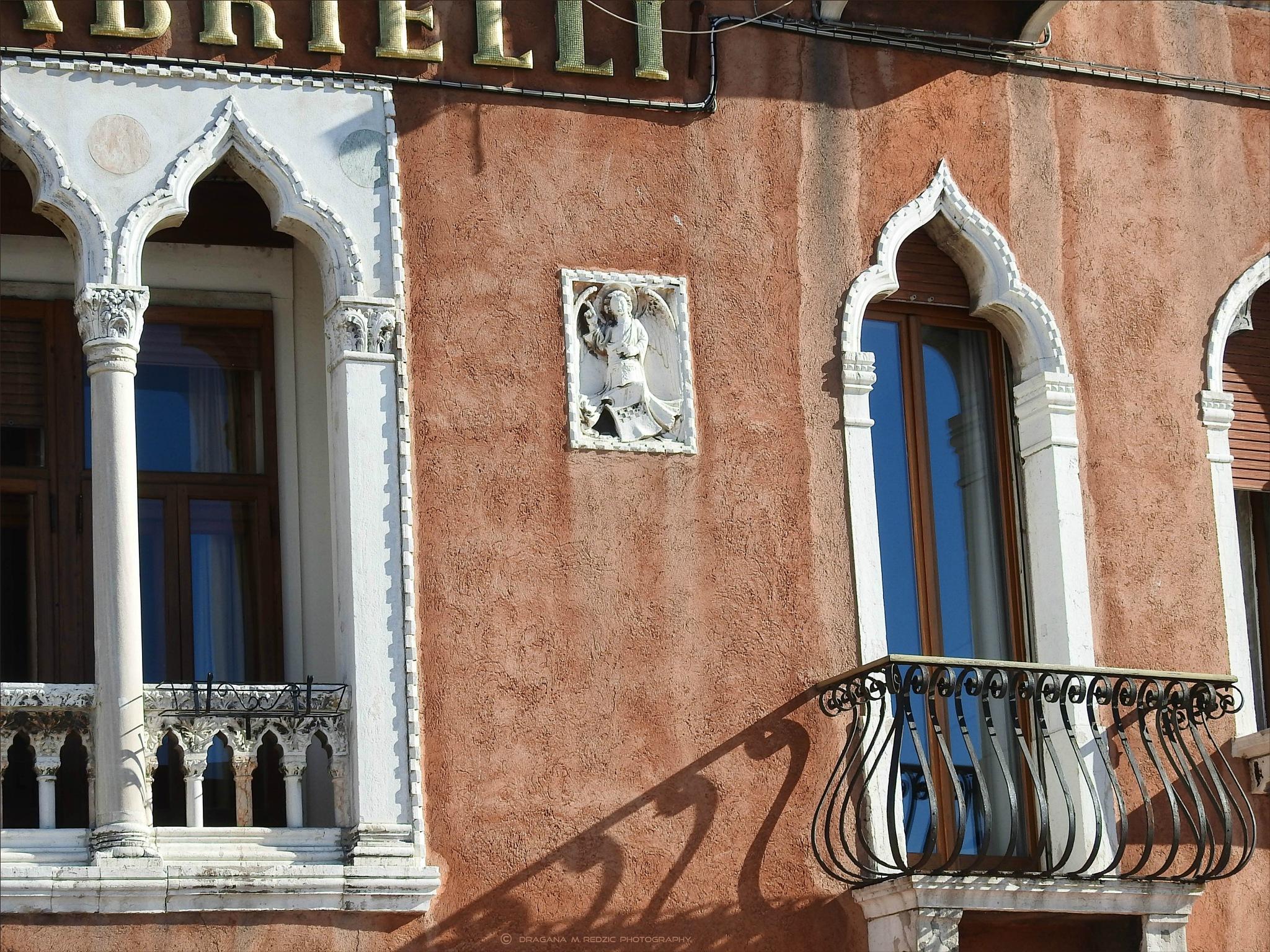 L'angelo Gabriele sulla facciata dell 'hotel - il patron dell' hotel by Драгана М. Реџић