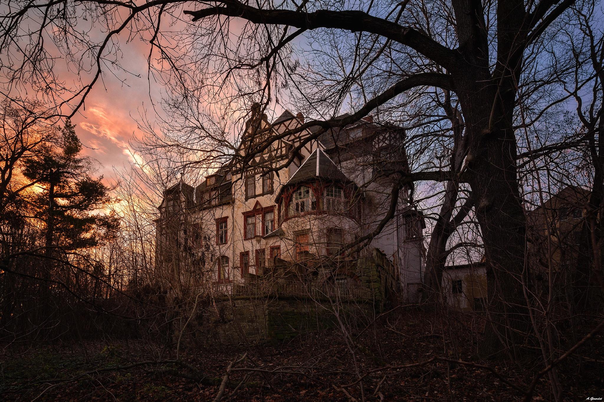 Admirer une ancienne villa durant un coucher de soleil, fait! by anthonygourdet3