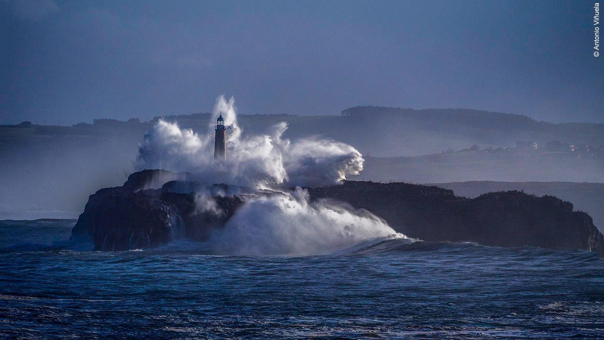 The fury of the sea by Antonio Viñuela