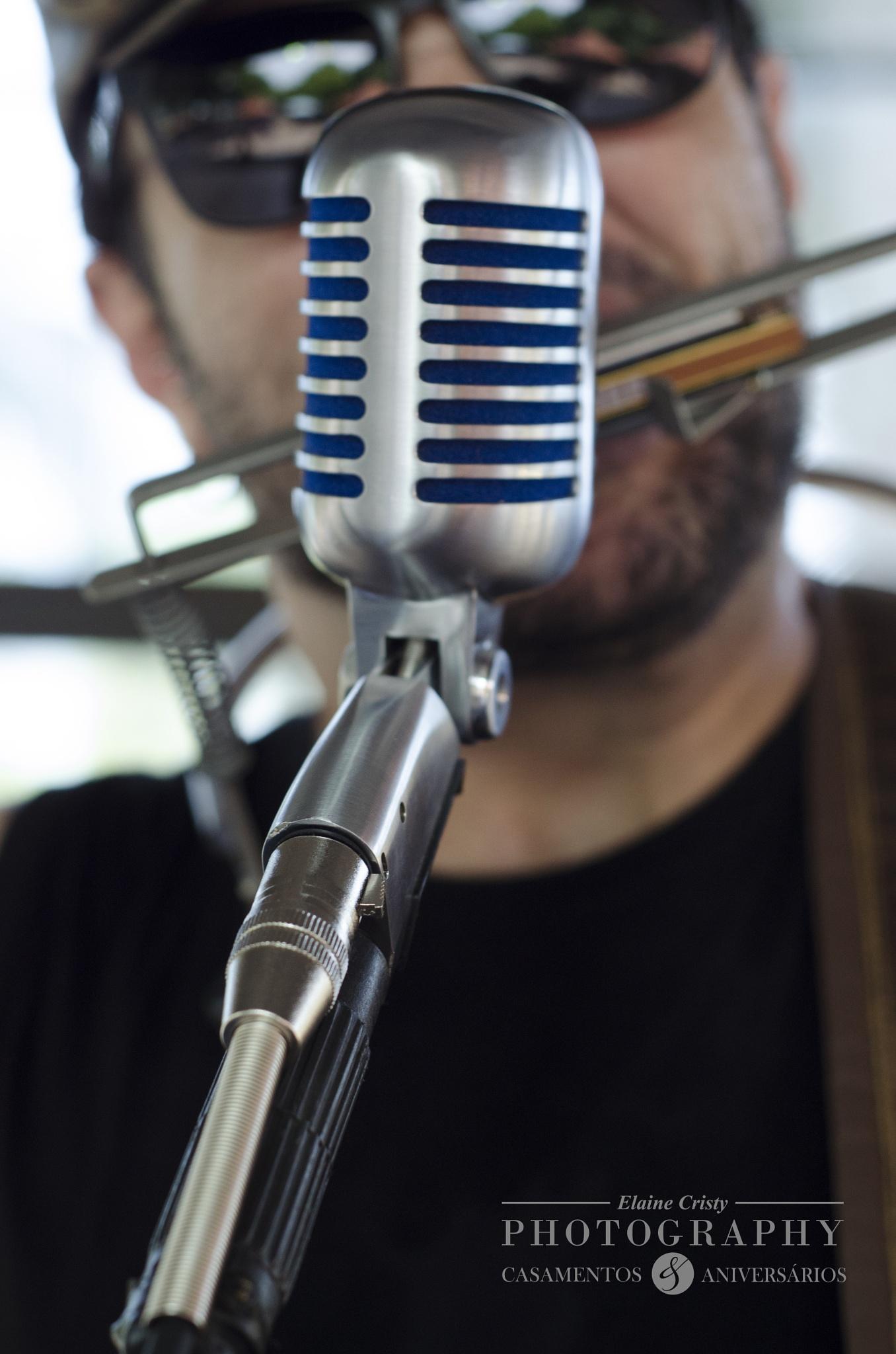 Vocalista de banda de Rock  by Elaine Cristy