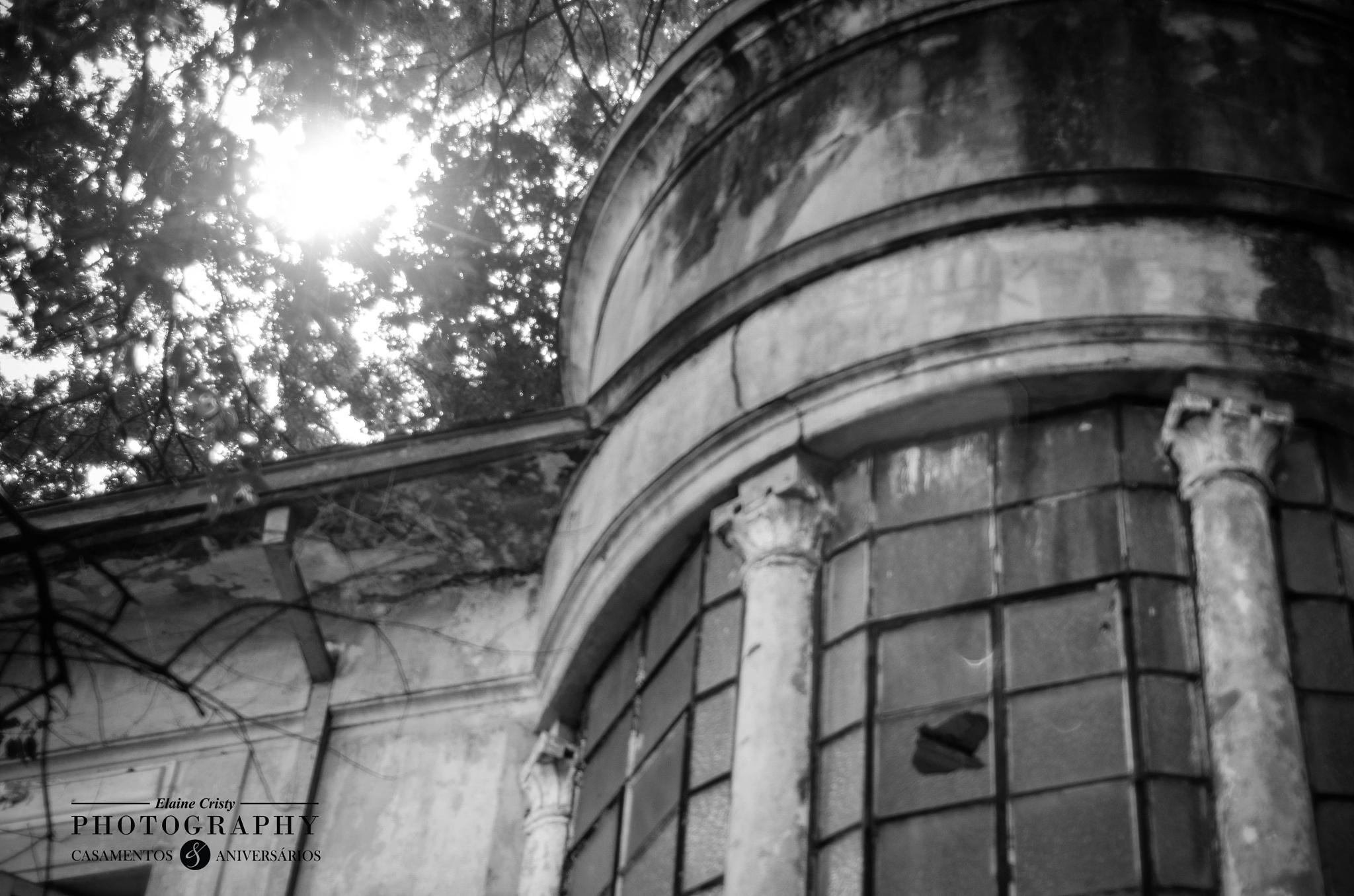 Patrimônio Publico em ruínas.  by Elaine Cristy