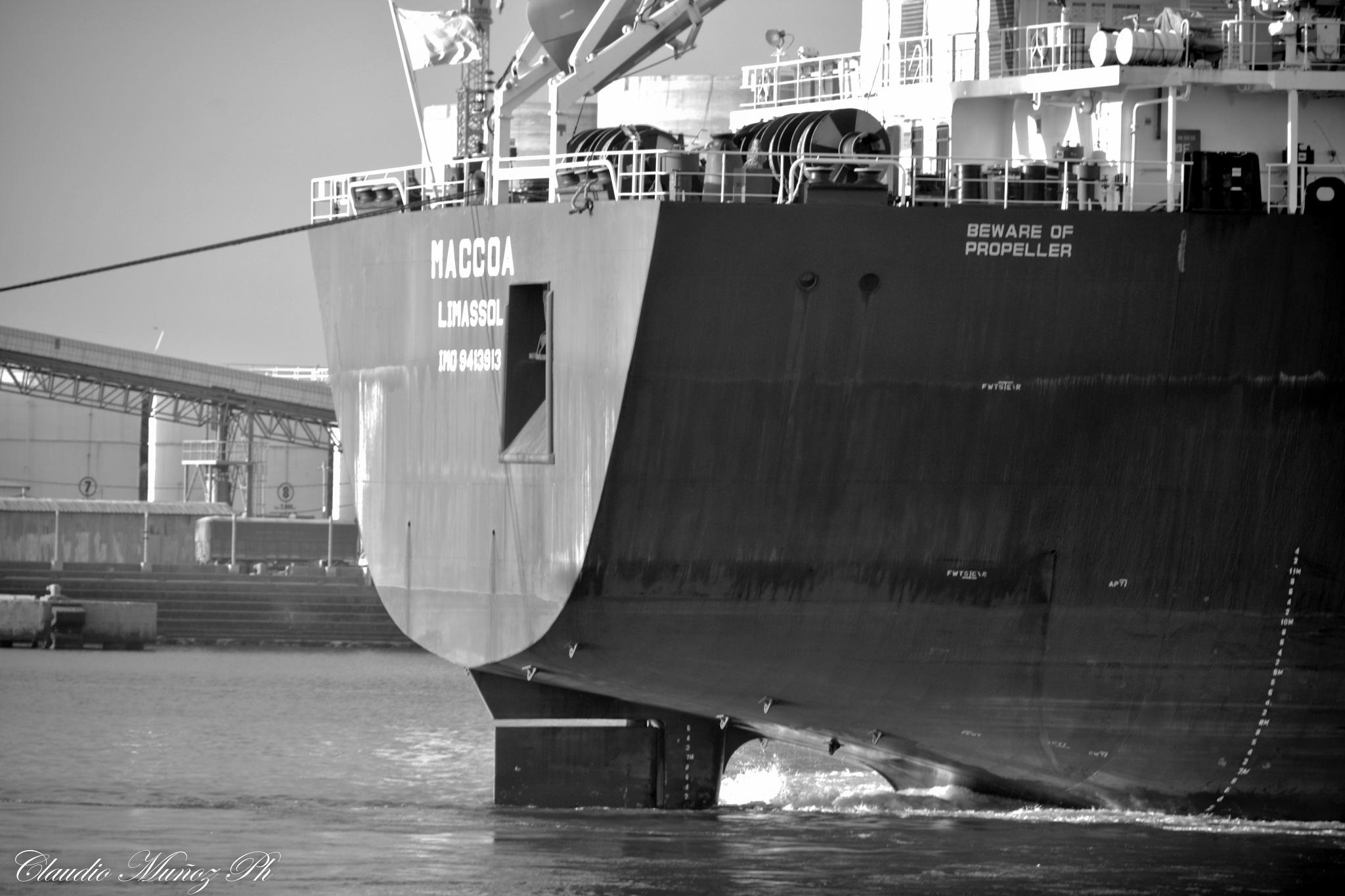 Coming into port by Claudio Muñoz