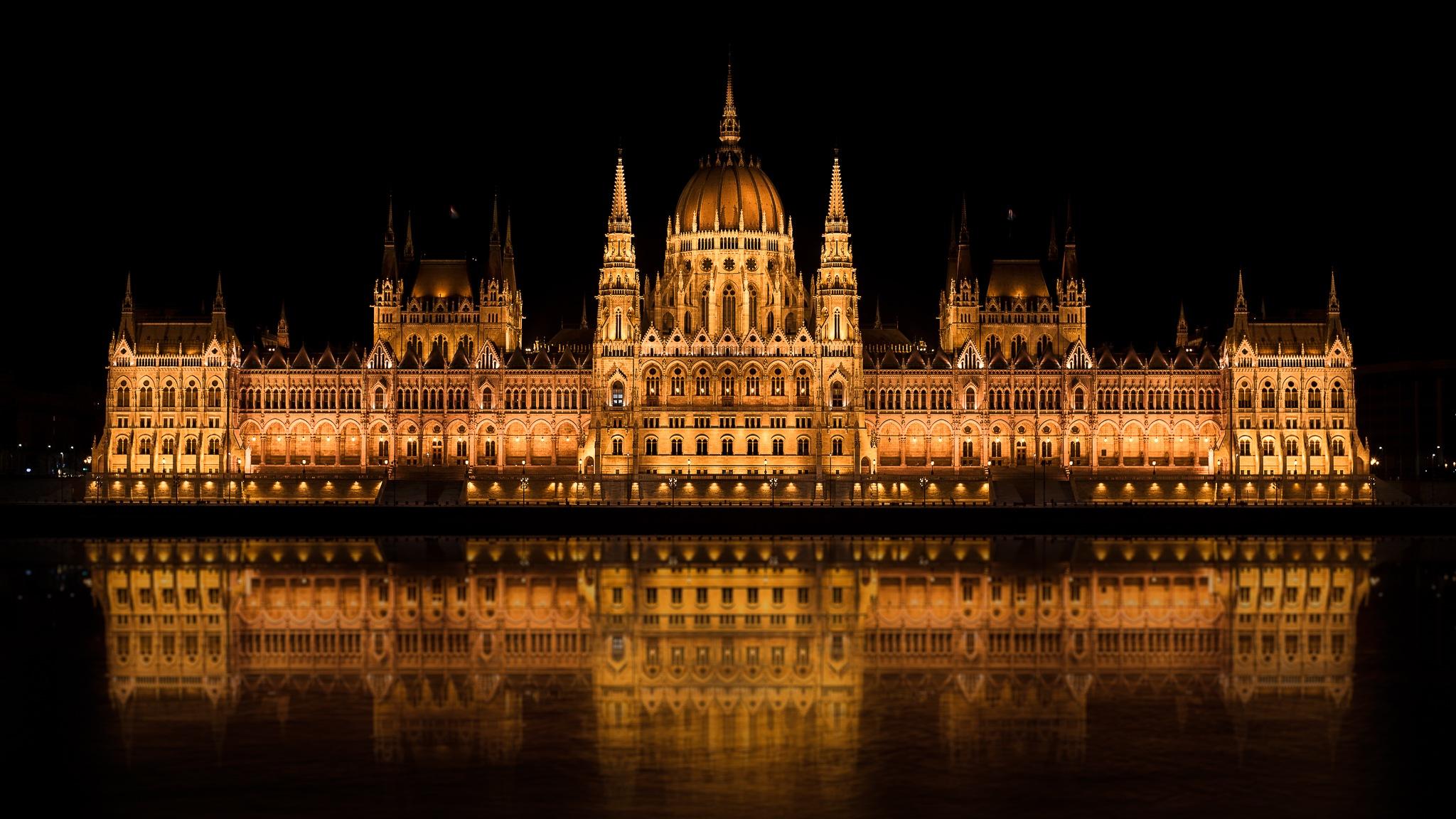 Hungarian Parliament Building by Simo Tynys
