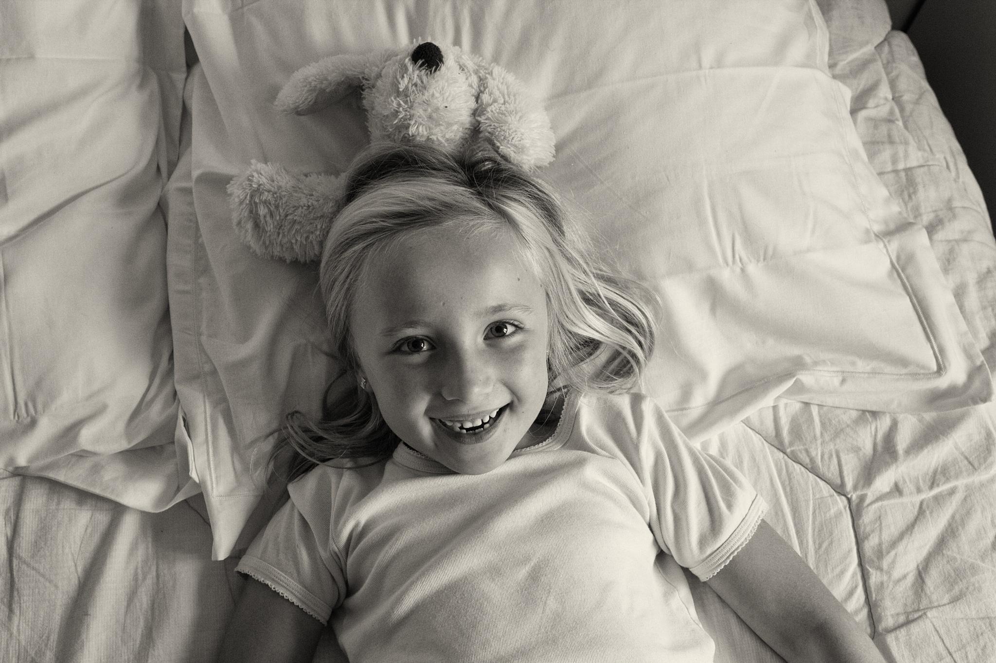 la petite fille et son doudou by EmilyBy