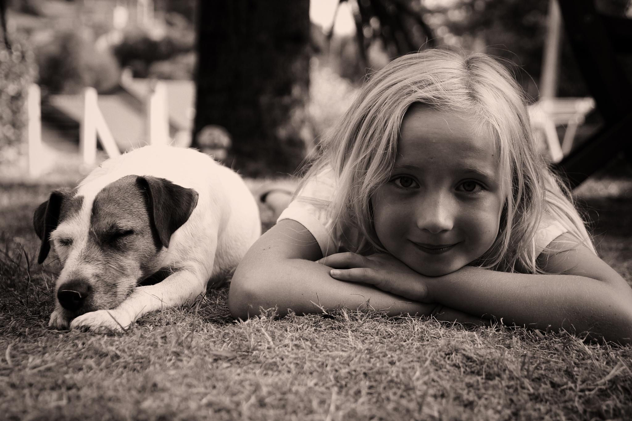 petite fille et son chien by EmilyBy