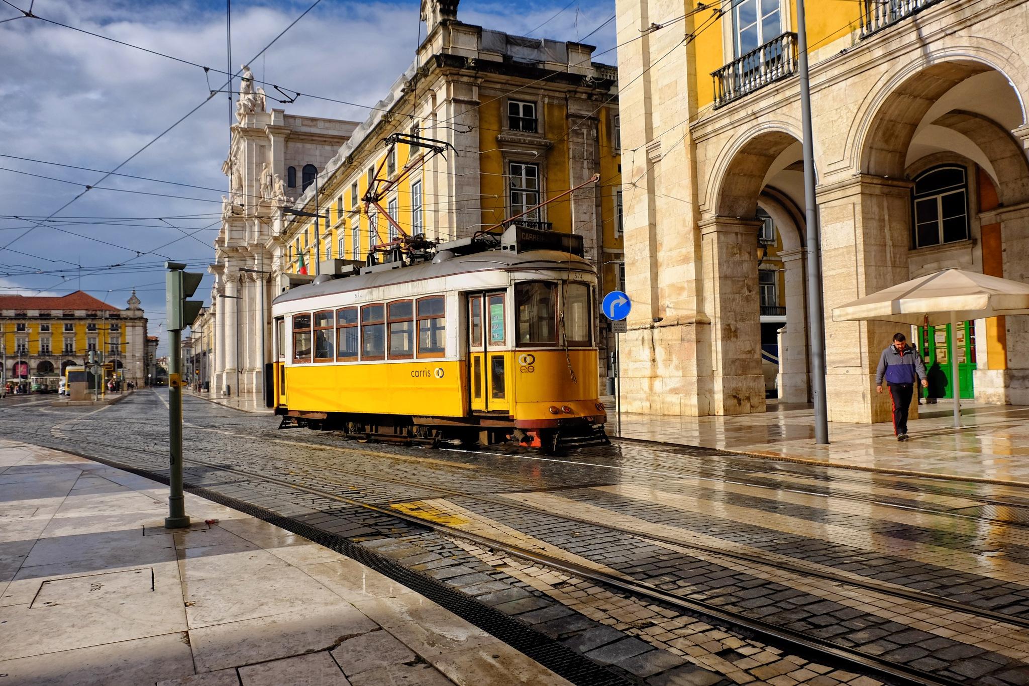 Tram (Eléctrico) by Vítor Martins