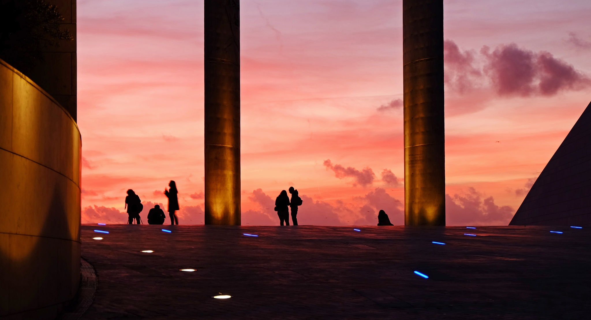 Chatting in the evening by Vítor Martins