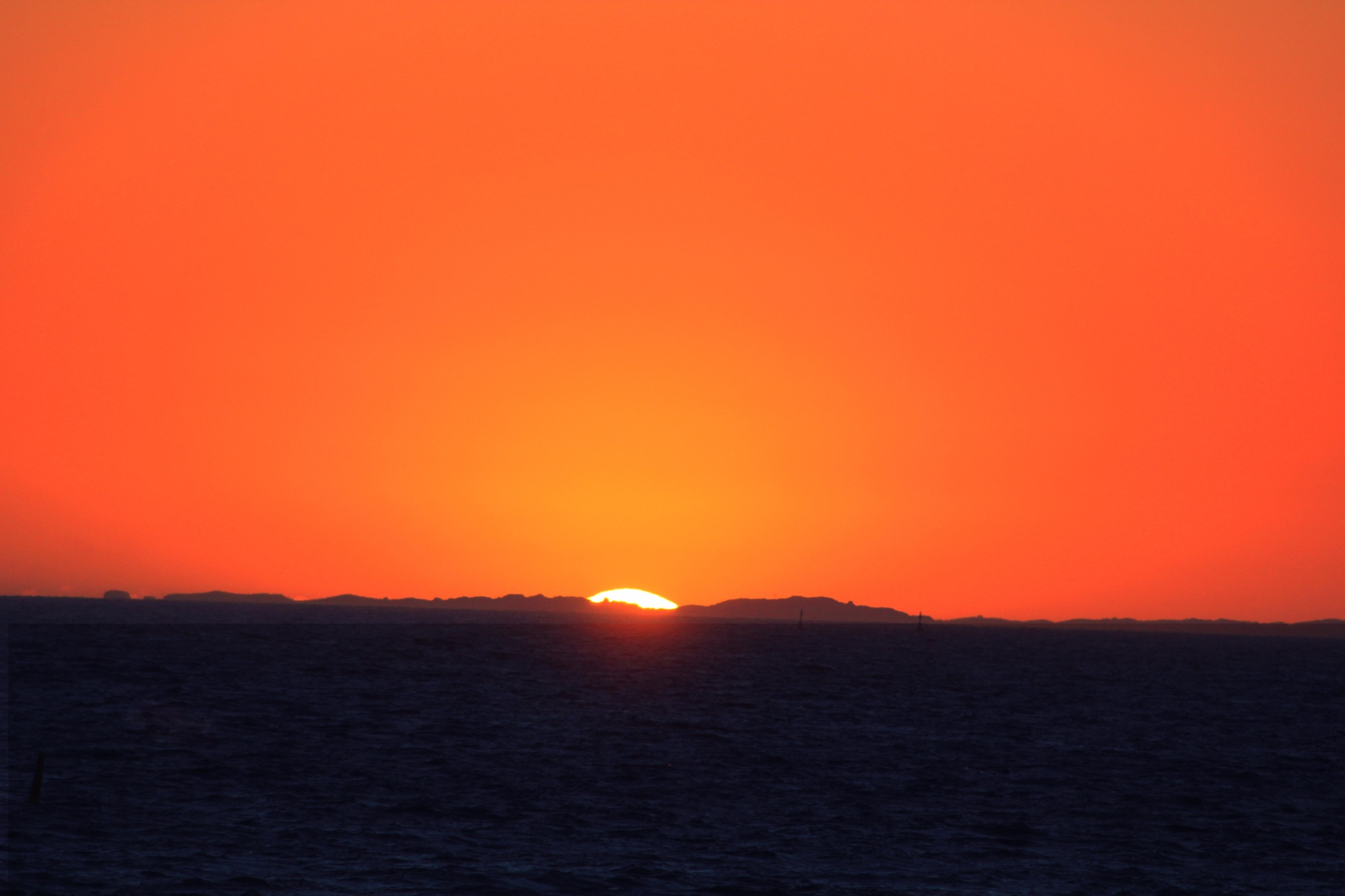 Sun setting in the Indian Ocean by LyndaRealmshift