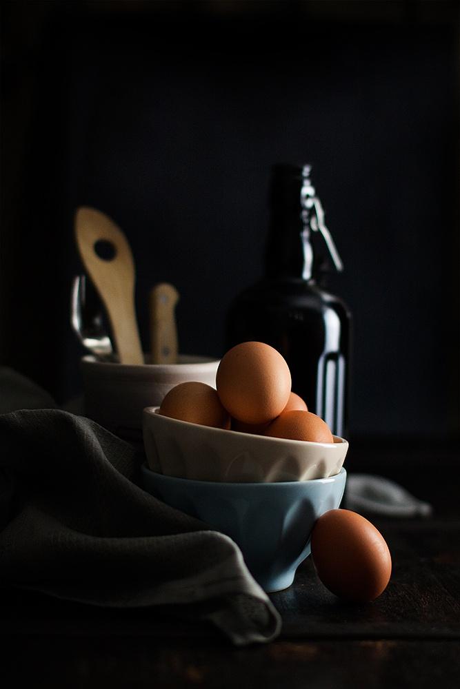 Egg in black by lanaebiscotti