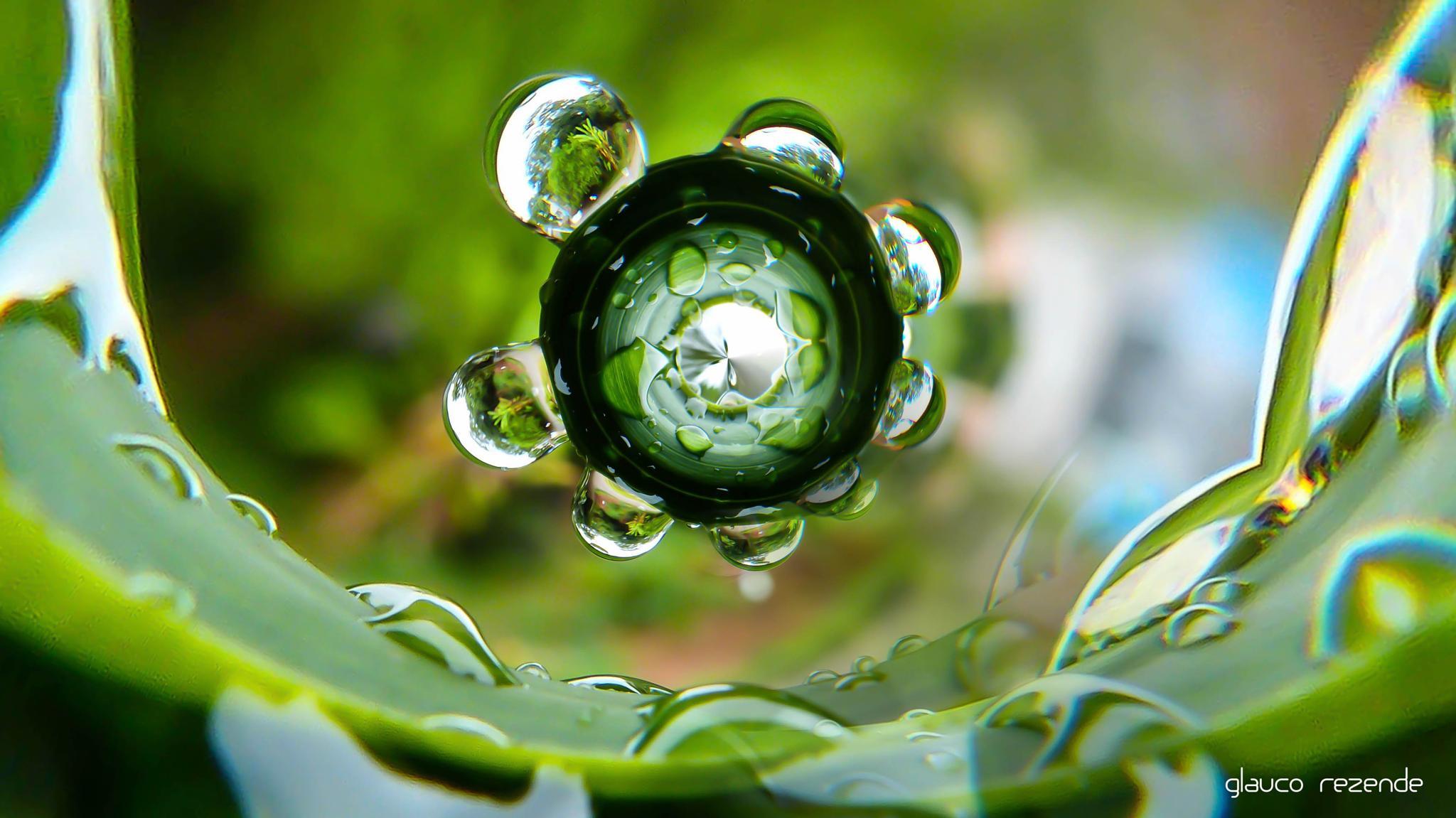 Carrossel of droplets by Glauco Rezende