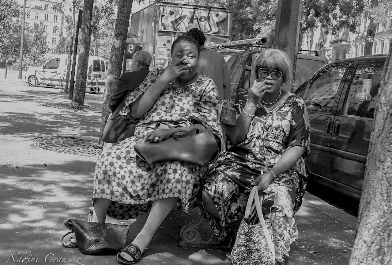 Femmes sur un banc à Belleville by crausaz