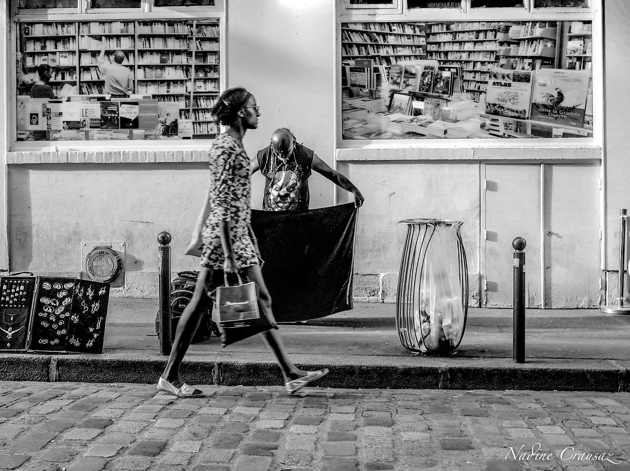 Femme dans le quartier latin de Paris by crausaz