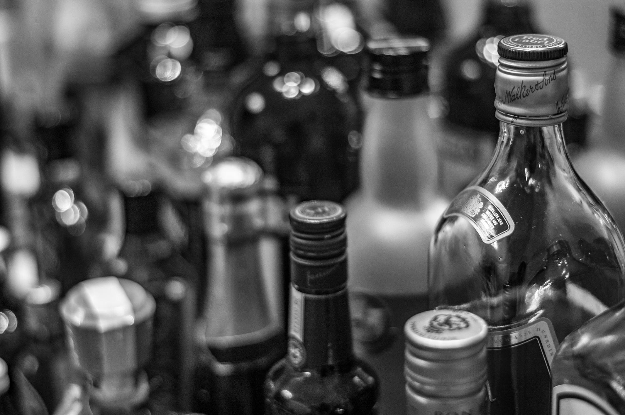 whiskey drinks in black and white by Leonardo Paleari