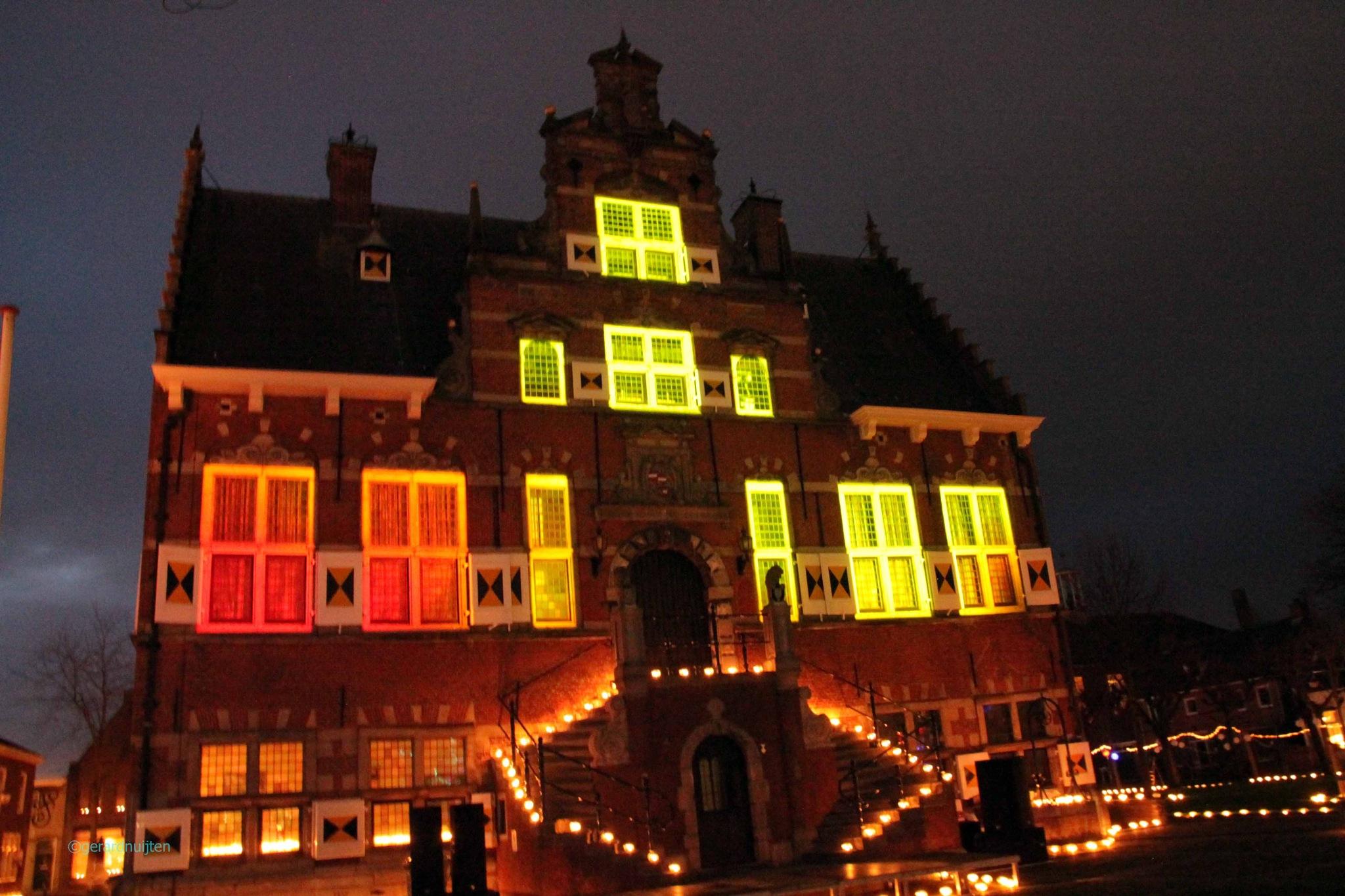 stadhuis met kaarsje`s verlicht  by Gerard Nuijten
