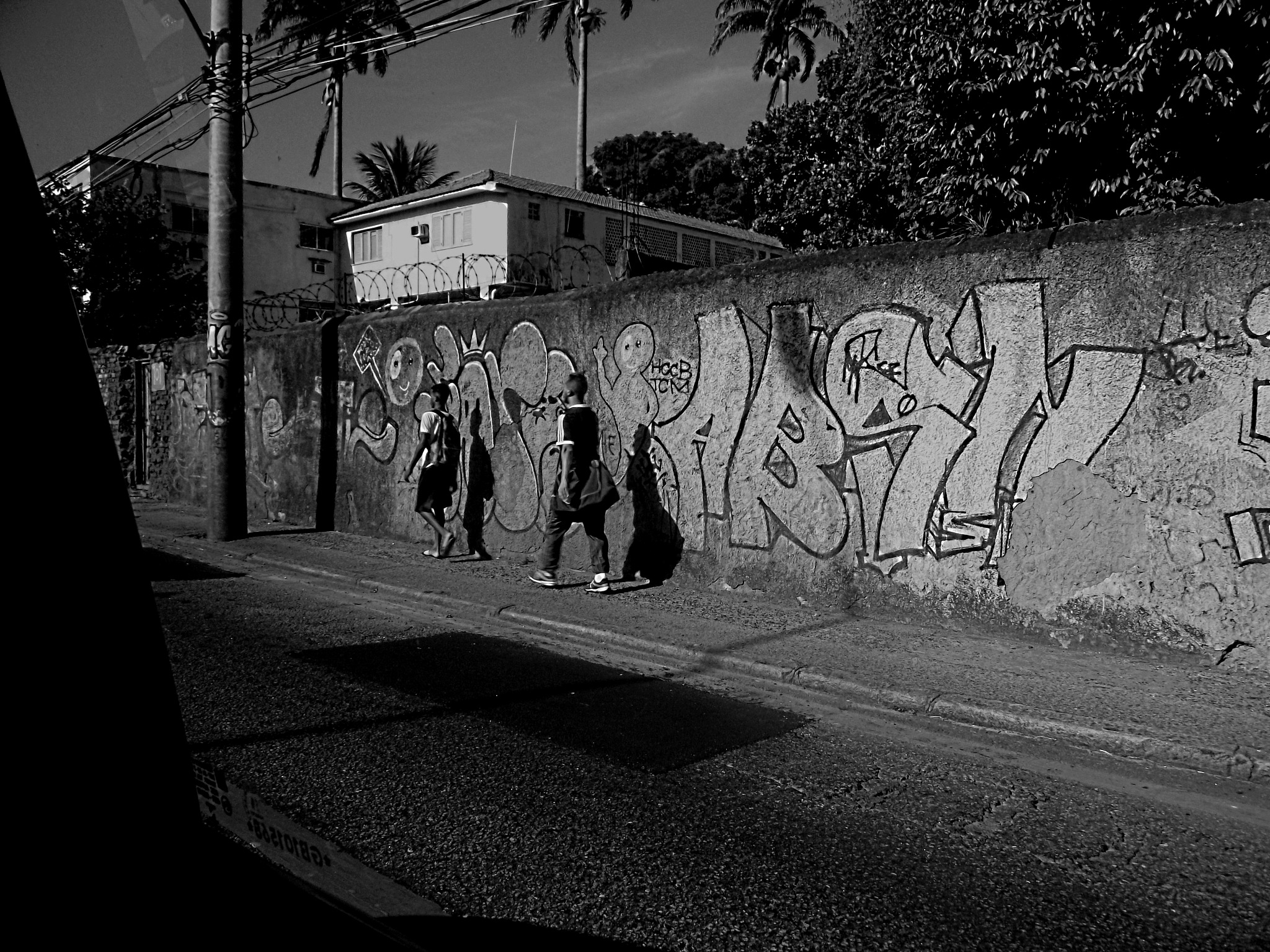 People going , from the taxi by Honorio Carlos Pereira Braga