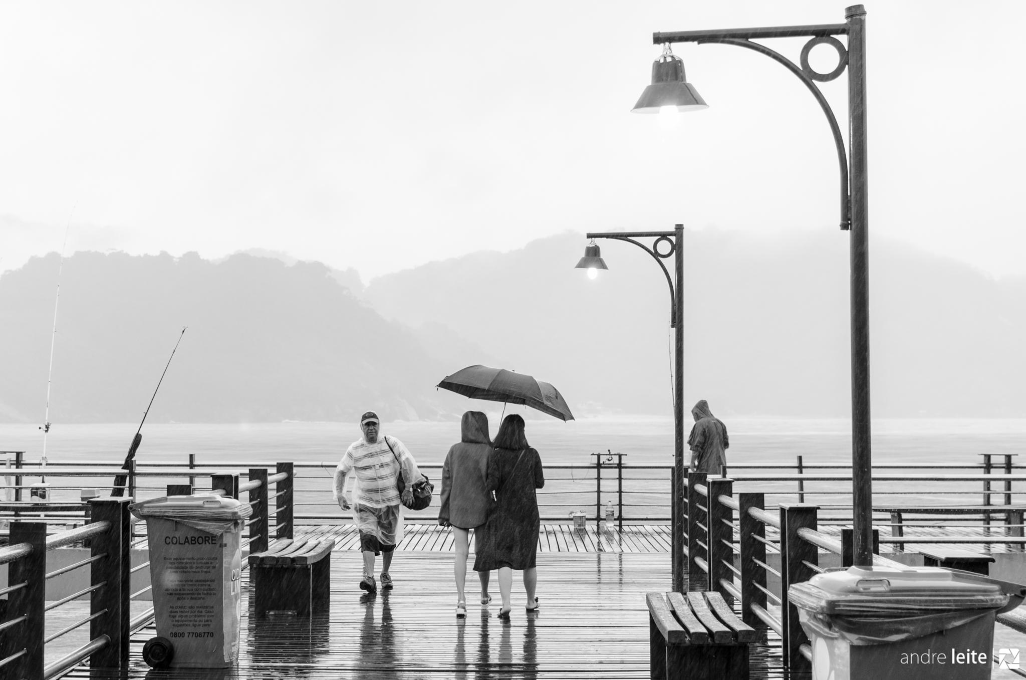 Girls and Umbrella by André Leite