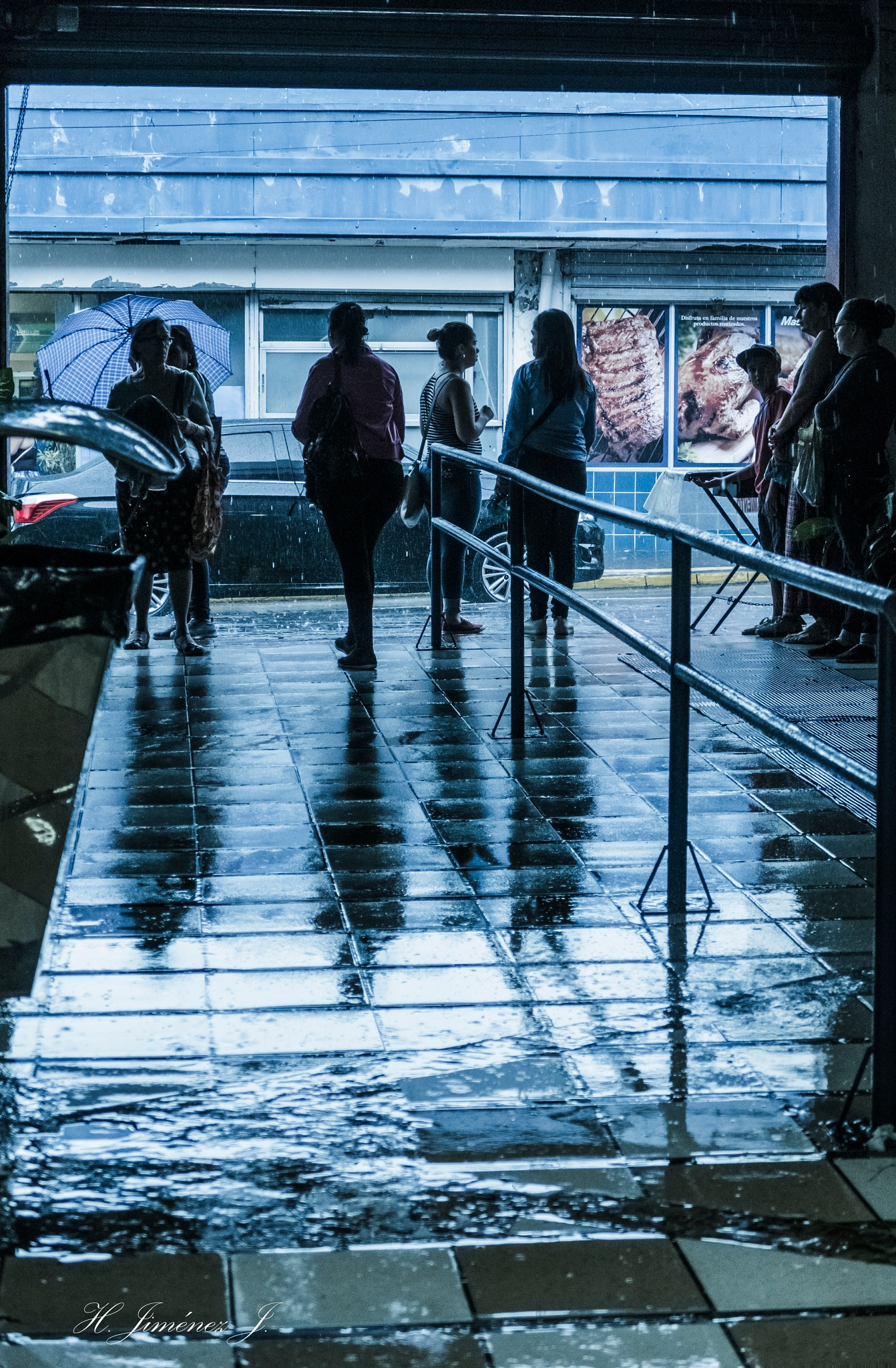 llueve fuera y adentro!!! by Henry Jiménez J