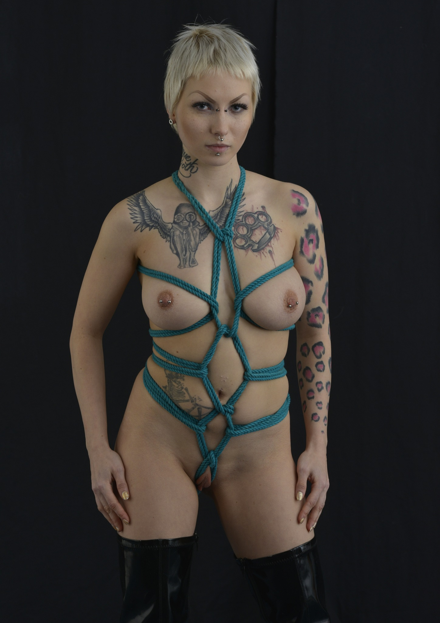 She looks good in ropes by Bworks